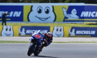 Στον αγώνα επικράτησε έντονος συναγωνισμός, με το Maverick Viñales (Movistar Yamaha MotoGP) να παίρνει τη νίκη στον αγώνα Michelin® Australian Motorcycle Grand Prix στην πίστα του Phillip Island. 2018 17 GP Australia 00052 Καθ' όλη τη διάρκεια του Σαββατοκύριακου, ισχυροί άνεμοι έπνεαν στην πίστα και η θερμοκρασία ήταν χαμηλή. Έτσι, οι αναβάτες και οι κατασκευαστές αντιμετώπισαν αρκετές δυσκολίες στη ρύθμιση των μοτοσικλετών καθώς και στην επιλογή του κατάλληλου μείγματος γόμας των MICHELIN Power Slicks ελαστικών για τον αγώνα της Κυριακής. Λίγο πριν την εκκίνηση του αγώνα, τέσσερα από τα έξι διαθέσιμα μείγματα γομών είχαν επιλεγεί από τους αναβάτες και μόνο το σκληρό μπροστινό και το μεσαίο πίσω είχαν μείνει εκτός αγώνα. Ο κάτοχος της pole position και παγκόσμιος πρωταθλητής Marc Marquez (Repsol Honda Team) επέλεξε μεσαίο μείγμα γόμας για το μπροστινό και σκληρό για τον πίσω τροχό. Ωστόσο, ο Danilo Petrucci (Alma Pramac Racing) που διάλεξε μαλακό μείγμα εμπρός και σκληρό πίσω ήταν αυτός που πήρε την εκκίνηση και έστριψε πρώτος στην πρώτη στροφή του αγώνα. Έπειτα από την ολοκλήρωση του πρώτου γύρου, το ντόπιο φαβορί Jack Miller (Alma Pramac Racing) πήρε τα ηνία του αγώνα, με την κεφαλή του αγώνα να αλλάζει χέρια αρκετές φορές στους επόμενους γύρους. Δυστυχώς, στη συνέχεια, υπήρξε μία σύγκρουση μεταξύ του Marquez και του Johann Zarco (Monster Yamaha Tech 3) που συντέλεσε στην εγκατάλειψη του πρωταθλητή και στην πτώση του Γάλλου αναβάτη. Ωστόσο, ο αγώνας παρέμεινε συναρπαστικός καθώς οι αναβάτες πίεζαν όλο και περισσότερο τα ελαστικά τους στην κρύα άσφαλτο και τα MICHELIN Power Slicks ελαστικά τους έδιναν την εμπιστοσύνη που χρειάζονταν για να οδηγήσουν στο όριο στις μοτοσικλέτες τους στις γρήγορες στροφές του Phillip Island. Ο Viñales τέθηκε επικεφαλής στον όγδοο γύρο και είχε τον πλήρη έλεγχο πάνω στη Yamaha του – έχοντας επιλέξει μαλακό μείγμα γόμας στον εμπρός τροχό και σκληρό στον πίσω – σε τέτοιο βαθμό που δεν απειλήθηκε ποτέ από το γκρουπ τον αναβατών που ακολο