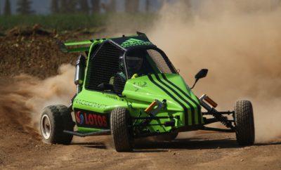 EKO Racing Dirt Games: Αλλαγή σκηνικού! Ο 3ος γύρος του EKO Racing Dirt Games βρίσκεται προ των πυλών, με 55 συμμετέχοντες να ετοιμάζονται για μια αναμέτρηση στην πίστα του μηχανοκίνητου αθλητισμού του Δήμου Χαλκίδας, η οποία και θα είναι τελείως διαφορετική σε σχέση με το παρελθόν. Σε αντίθεση με τις δύο προηγούμενες συναντήσεις, όπου οι πρωταγωνιστές του θεσμού αναμετρήθηκαν στις πίστες του Ιπποδρόμου Αθηνών στο Μαρκόπουλο και το Διαδρόμιο, η διαδρομή των 2,2 χιλιομέτρων στη Χαλκίδα αποτελεί μια τελείως διαφορετική πρόκληση. Τα χαρακτηριστικά της θυμίζουν πολύ περισσότερο ειδική διαδρομή αγώνα ράλλυ, γεγονός που απαιτεί άλλη προσέγγιση από τους οδηγούς, αλλάζοντας πιθανότατα και τις ισορροπίες. Παράλληλα, δεν πρέπει να λησμονούμε ότι το Δεκέμβριο του 2016 στο συγκεκριμένο χώρο ουσιαστικά γεννήθηκε η ιδέα και μπήκαν οι βάσεις του Dirt Games, με τη συνέχεια να είναι αυτή που παρακολουθούμε σήμερα, και διαθέτοντας όλες τις απαραίτητες προϋποθέσεις να λάμψει ακόμα περισσότερο στο μέλλον. Την ευθύνη οργάνωσης του αγώνα έχει το Αγωνιστικό Σωματείο Μηχανοκίνητου Αθλητισμού με την βοήθεια του Δ.Α.Ο.Π.ΠΕ.Χ ενώ για δεύτερη συνεχόμενη φορά θα αποτελέσει και γύρο του Timed Rally Challenge και συγκεκριμένα τον 4ο. Ο 3ος γύρος του ΕΚΟ Racing Dirt Games είναι ιδιαίτερα σημαντικός, με δεδομένο το γεγονός ότι απομένουν τρεις ακόμα αγώνες για την ολοκλήρωση του θεσμού. Οι επικεφαλής του Κυπέλλου και των Επάθλων δεν έχουν περιθώρια για απώλειες, την ώρα που όσοι ακολουθούν διεκδικώντας τα πρωτεία γνωρίζουν πως οι ευκαιρίες για ανατροπή ελαττώνονται. Έτσι, στην κατηγορία των 600 κ.εκ. ο επικεφαλής της βαθμολογίας, Γιώργος Ζυμαρίδης, με το SR Kartcross μπορεί να έχει μία μικρή διαφορά ασφαλείας, αλλά αυτό δεν αναιρεί το γεγονός ότι βασικός του στόχος θα είναι για ακόμα μία φορά η νίκη. Όμως, ο συναγωνισμός αναμένεται να είναι πιο έντονος από κάθε άλλη φορά, αφού μία σειρά οδηγών μοιάζουν ικανοί να ανέβουν στο ψηλότερο σκαλί του βάθρου! Ο Γιάννης Χεκιμιάν με το Speedcar Xtrem, ο οποίος