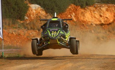 Ταχύτητα και αξιοπιστία! Πριν την εκκίνηση της πρώτης αγωνιστικής χωμάτινης φόρμουλας και αυτοκινήτου γνωρίζαμε ότι ο 3ος γύρος του EKO Racing Dirt Games θα αποτελέσει μία τελείως διαφορετική πρόκληση για τους οδηγούς. Η διαδρομή των 2.2 χιλιομέτρων στην πίστα του μηχανοκίνητου αθλητισμού του Δήμου Χαλκίδας απαιτούσε διαφορετική προσέγγιση, αφού τα χαρακτηριστικά της ήταν αντίστοιχα με αυτά που διακρίνουν μία ειδική διαδρομή. Έτσι, δεν είναι τυχαίο ότι όσοι διακρίθηκαν από συνέπεια στις επιδόσεις τους και συνδύασαν την αξιοπιστία με την ταχύτητα, στο τέλος διακρίθηκαν. Πάντως, το θέαμα για όσους βρέθηκαν στη Χαλκίδα ήταν εντυπωσιακό, ενώ οι μάχες κράτησαν ζωντανό το ενδιαφέρον μέχρι το τελευταίο πέρασμα. Μάλιστα, ιδιαίτερα ενθαρρυντικό ήταν το γεγονός ότι αρκετός κόσμος έδωσε το παρών στην πίστα, ο οποίος μάλιστα ενθουσιάστηκε με το θέαμα που παρακολούθησε. Με αντίπαλο το χρονόμετρο, ο Γιάννης Χεκιμιάν με το Speedcar Xtrem ήταν ο μεγάλος πρωταγωνιστής της ημέρας, σημειώνοντας τον καλύτερο συνολικά χρόνο, επικρατώντας παράλληλα στην εξαιρετικά ανταγωνιστική κατηγορία των 600 κ.εκ. Ο ταχύτατος 43χρονος οδηγός, από το πρώτο πέρασμα έδειξε τα δόντια του στον ανταγωνισμό, καταφέρνοντας εν τέλει να κάνει τον ταχύτερο χρόνο στα τρία από τα τέσσερα συνολικά περάσματα, σημειώνοντας την 2η φετινή του νίκη μετά από εκείνη που σημείωσε στον Ιππόδρομο Αθηνών. Δεύτερος ακολούθησε ο Γιώργος Ζυμαρίδης με το SR Kartcross, ο οποίος αρχικά δεν είχε απάντηση στους χρόνους του Χεκιμιάν. Ο περσινός κάτοχος του τίτλου στην κατηγορία στο τελευταίο πέρασμα βρήκε ρύθμο και σημείωσε έναν εξαιρετικό χρόνο, αντίστοιχο με του νικητή. Στο βάθρο τους ακολούθησε ο Στέφανος Καμιτσάκης με το Kamikaz 2, στην πρώτη του με το νέο του απόκτημα. Ο ταχύτατος -και στο χώμα- οδηγός, βελτίωσε τους χρόνους του μετά από κάθε πέρασμα και κατάφερε να ανέβει για πρώτη φορά στο βάθρο του EKO Racing Dirt Games. Ατυχίες και κλαταρισμένα ελαστικά αντιμετώπισαν οι Παναγιώτης Καϊτατζής και Άρης Ιαβέρης, αμφότεροι με Kam