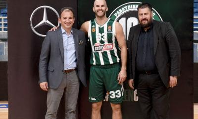 """Η ΚΑΕ Παναθηναϊκός ΟΠΑΠ συνεχίζει να… τρέχει με Mercedes Η ΚΑΕ Παναθηναϊκός ΟΠΑΠ και η Mercedes-Benz Ελλάς ανακοινώνουν την επέκταση της άκρως επιτυχημένης συνεργασίας τους για ακόμη μια σεζόν. Η κορυφαία ελληνική ομάδα και η πιο επιτυχημένη των τελευταίων 20 ετών στην Ευρωλίγκα θα χρησιμοποιεί και φέτος ορισμένα από τα πιο αγαπημένα και ευπώλητα μοντέλα της Mercedes-Benz για τις μετακινήσεις της! Ο Εμπορικός Διευθυντής της ΚΑΕ Παναθηναϊκός ΟΠΑΠ, Αριστείδης Χριστόπουλος, δήλωσε: «Χαίρομαι ιδιαίτερα που η συνεργασία μας με την κορυφαία μάρκα στον χώρο της αυτοκίνησης συνεχίζεται για έναν ακόμη χρόνο. Η Mercedes Benz παρέχει στην ομάδα μας ποιότητα και ασφάλεια στις μετακινήσεις της γεγονός ιδιαίτερα σημαντικό. Οι δύο πρώτες σεζόν συνεργασίας μας ήταν άκρως επιτυχημένες. Οι στόχοι μας είναι κοινοί, να παραμείνουμε δηλαδή στην πρώτη θέση σε αυτό που κάνουμε. Όπως λέει και το motto της Mercedes-Benz """"the best or nothing""""…». O Γενικός Διευθυντής Επιβατηγών Αυτοκινήτων της Mercedes-Benz Ελλάς, κος Ν. Πρέζας, τόνισε: «Με την ΚΑΕ Παναθηναϊκός ΟΠΑΠ μας ενώνει μία εξίσου βαριά κληρονομία αλλά και η μεγάλη δίψα που έχουμε για να διαμορφώνουμε τις εξελίξεις και να πετυχαίνουμε υψηλούς στόχους. Είμαστε ιδιαίτερα χαρούμενοι που για ακόμα μία χρονιά θα είμαστε συνοδοιπόροι της ΚΑΕ Παναθηναϊκός ΟΠΑΠ στο δρόμο προς την κορυφή.»"""