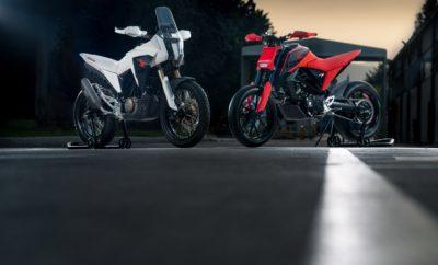 """φουτουριστικά πρωτότυπα στην EICMA Για τέταρτη συνεχόμενη χρονιά, το περίπτερο της Honda στην Διεθνή Έκθεση Μοτοσυκλέτας στο Μιλάνο - EICMA 2018– τη μεγαλύτερη έκθεση μοτοσυκλέτας στον κόσμο – θα παρουσιάσει κάποιες φουτουριστικές μηχανές στο χώρο """"Desgin Studio"""". Το 2018 θα παρουσιαστούν δύο νέες σχεδιαστικές μελέτες στα 125 cc από το Κέντρο Έρευνας & Εξέλιξης της Honda στη Ρώμη: οι CB125X και CB125M. Και οι δύο μοτοσυκλέτες βασίζονται στην πλατφόρμα της νέας – για το 2018 - CB125R. Η κατηγορία των 125 cc έχει αναγεννηθεί τα τελευταία χρόνια παρουσιάζοντας αύξηση πωλήσεων στην Ευρωπαϊκή αγορά κατά 25% μόνο το 2018. Τα δύο concept μοντέλα, έχουν σχεδιαστεί από τον Project Leader Valerio Aiello και την ομάδα του στη Ρώμη. Και τα δύο αποτελούν μία πολύ προχωρημένη προσέγγιση της κατηγορίας του 1/8 του λίτρου. Η CB125M είναι μία naked μηχανή φτιαγμένη για το δρόμο. Είναι βαμμένη σε φωτεινό κόκκινο και η σχεδίασή της παραπέμπει σε super-motard. Οι φουτουριστικές γραμμές της είναι μίνιμαλ και πολύ έντονες με τη σέλα να καταλήγει όμορφα σε μία κοντή, ψηλή ουρά και σε ένα μικροσκοπικό φωτιστικό σώμα LED. Η ολόλευκη CB125X από την άλλη είναι ένα μοντέλο X που εστιάζει ξεκάθαρα στην περιπέτεια. Η σχεδίασή της περιλαμβάνει μία σειρά από κοφτές γραμμές και ξεκάθαρες επιφάνειες που παραπέμπουν στον κόσμο της επιστημονικής φαντασίας. Οι γραμμές της μοτοσυκλέτας είναι αθλητικές όσο και απέριττες. Η σέλα και ο σκελετός συνδυάζονται αρμονικά σε ένα σύνολο που γέρνει προς τα εμπρός αποπνέοντας μία αύρα επιθετικού δυναμισμού. Το μπροστινό μέρος της CB125X διακρίνεται για τα τρία φωτιστικά σώματα που διαθέτει, ένα κεντρικό προβολέα και δύο στα πλευρικά φέρινγκ. Πέρα από το ότι χαρίζουν μοναδική εμφάνιση στη μοτοσυκλέτα, δίνουν και μία αίσθηση επιπρόσθετης ασφάλειας. Και τα δύο μοντέλα έχουν σχεδιαστεί για να εξάψουν τη φαντασία των νεότερων σε ηλικία επισκεπτών στη μεγαλύτερη Έκθεση Μοτοσυκλέτας στον κόσμο, καθώς λαμβάνουν υπόψη διαφορετικές πτυχές της ζωής σε δύο τροχούς."""