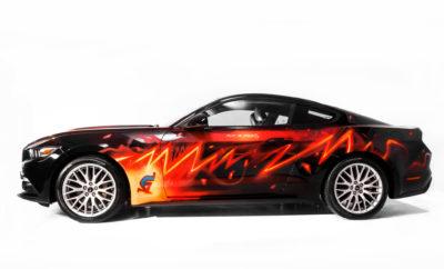 Όταν η συγκεκριμένη Ford Mustang υπέστη ανεπανόρθωτες ζημιές στο εσωτερικό της, όλα έδειχναν ότι είχε έρθει το τέλος της. Αλλά ο καρτουνίστας και σκιτσογράφος Fabrizio De Tommaso είχε άλλα σχέδια, καθώς σκόπευε να την μεταμορφώσει – εξωτερικά τουλάχιστον – σε έργο τέχνης. Με την ονομασία Mustang #FightTheDarkness (Πάλεψε το Σκοτάδι), η αναγεννημένη Mustang, ζωγραφισμένη με σπρέι, παρουσιάστηκε στο διεθνές συνέδριο comic 'Lucca Comics & Games' στην Ιταλία. Η Ford Ιταλίας, που είχε την ιδέα και απευθύνθηκε στον De Tomasso για την υλοποίησή της, ψάχνει τώρα να βρει ένα χώρο που θα φιλοξενεί μόνιμα αυτό το μοναδικό έκθεμα. «Αμέσως εμπνεύστηκα μία αστραπή γύρω από το αυτοκίνητο που θα ξεπηδά από το καπό σαν μία έκρηξη ενέργειας. Το αυτοκίνητο αυτό μπορεί να σε κάνει να νιώσεις λίγο σούπερ ήρωας» δήλωσε ο De Tommaso, ο οποίος έχει γνωρίσει διεθνή επιτυχία με δημιουργίες όπως ο εκκεντρικός ερευνητής Dylan Dog. Η Ford πρόσφατα κατασκεύασε την 10.000.000ή Mustang της, ενώ παράλληλα δημιούργησε την επετειακή Ford Mustang Bullitt που τιμά τα 50 χρόνια από την θρυλική, ομώνυμη κινηματογραφική ταινία της Warner Bros.