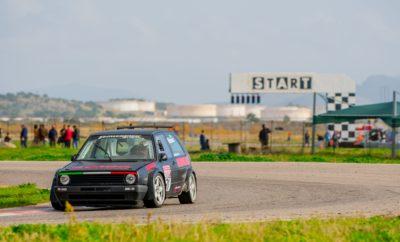 Στη μάχη 64 οδηγοί Η προσοχή όλων των φίλων του μηχανοκίνητου αθλητισμού, το Σάββατο 17 και την Κυριακή 18 Νοεμβρίου στρέφεται στο Αυτοκινητοδρόμιο Μεγάρων. Εκεί όπου θα πραγματοποιηθεί ο 2ος αγώνας του Πανελλήνιου Πρωταθλήματος Ταχύτητας αλλά και ο 1ος Αγώνας Ατομικής Χρονομέτρησης (HTTC). Οι οδηγοί που θα κυνηγήσουν τη διάκριση στον Αγώνα Ταχύτητας είναι 48. Πολυπληθέστερη κατηγορία είναι τα Ιστορικά, με 13 αυτοκίνητα, ενώ οι Ομάδες Α και Ε συγκέντρωσαν από 8 και 9 συμμετοχές, αντίστοιχα. Μεγάλες μάχες αναμένεται να δοθούν στην Ομάδα Ν, με 8 από τα 10 αυτοκίνητά της να ανήκουν στην κλάση Ν2. Το «παρών» θα δώσουν 5 εντυπωσιακά αυτοκίνητα της Formula Saloon, μεταξύ των οποίων και ένα BTCC, ενώ δεν λείπουν και τρία από τα Skoda Fabia 1.2 TSI που συμμετέχουν στο πολύ ανταγωνιστικό ΣΟΑΑ Ενιαίο Skoda 2018 –τα οποία εδώ θα αγωνιστούν μαζί με τα αυτοκίνητα της Formula Saloon. Υπενθυμίζουμε ότι οι συμμετέχοντες σε αυτό τον αγώνα δεν συγκεντρώνουν βαθμούς μόνο για την τρέχουσα χρονιά, αλλά διεκδικούν και τον τίτλο του Υπερπρωταθλητή κάθε κατηγορίας, που θα προκύψει μετά και από τους αγώνες του 2019. Πρόκειται για μια πρωτοποριακή κίνηση της διοργανώτριας Ελληνικής Λέσχης Αυτοκινήτου Δυτικής Αττικής, που ενώνει τις δύο χρονιές σε μία Super Season, με έπαθλο τη δωρεάν συμμετοχή των νικητών στο Πρωτάθλημα του 2020. Παράλληλα με τον αγώνα ταχύτητας, αυτό το διήμερο θα διεξαχθεί στα Μέγαρα και ο 1ος αγώνας του επάθλου ατομικής χρονομέτρησης Hellenic Time Trial Challenge 2018. Σε αυτόν θα δοκιμάσουν τις δυνάμεις τους 16 οδηγοί, και συγκεκριμένα 5 στην κατηγορία Stock, 3 στην Sport και 8 στην -πολύ εντυπωσιακή- Extreme, ενώ 3 συμμετοχές προσμετρούν και στο νεοσύστατο έπαθλο Clio Cup. Αξίζει να σημειωθεί ότι την Παρασκευή 16 Νοεμβρίου η πίστα διοργανώνει ολοήμερο trackday, δίνοντας στους συμμετέχοντες να δοκιμάσουν και να ρυθμίσουν τα αυτοκίνητά τους. Την ίδια μέρα, 16:00-18:00 το απόγευμα, θα πραγματοποιηθεί ο Διοικητικός και Τεχνικός Έλεγχος του αγώνα. Οι συμμετέχοντες θα μπορούν