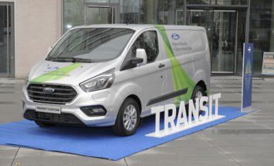 """• Η Ford επεκτείνει σε μία τρίτη Ευρωπαϊκή πόλη την έρευνά της για τα οφέλη από τη χρήση plug-in υβριδικών ηλεκτρικών van που κινούνται αμιγώς με ηλεκτρισμό στις περισσότερες διαδρομές πόλης • Σε συνεργασία με την Πόλη της Κολωνίας, η Ford φιλοδοξεί να αποκτήσει μία πιο ολοκληρωμένη εικόνα για τα περιβαλλοντικά και οικονομικά οφέλη που προκύπτουν από την χρήση των Transit Custom plug-in υβριδικών ηλεκτρικών van • Η δοκιμή, διάρκειας 12 μηνών με στόλο 10 οχημάτων, είναι η τρίτη κατά σειρά, μετά από τις αντίστοιχες σε Λονδίνο και Βαλένθια (Ισπανία). Τα van είναι εξοπλισμένα με προηγμένα υβριδικά συστήματα κίνησης που χρησιμοποιούν τον 1.0L EcoBoost ως 'range extender' (για επέκταση της αυτονομίας) Η Ford επεκτείνει την έρευνά για τα θετικά που μπορεί να αποφέρει η χρήση plug-in υβριδικών ηλεκτρικών οχημάτων (PHEV) στις πόλεις, ξεκινώντας δοκιμές επαγγελματικών αυτοκινήτων στην Κολωνία της Γερμανίας. Από την άνοιξη του 2019 και με την υποστήριξη της Πόλης της Κολωνίας, η Ford θα θέσει σε λειτουργία ένα στόλο 10 Ford Transit Custom PHEV με περιφερειακές εταιρίες στην πόλη, προκειμένου να διερευνήσει σε τι βαθμό, τα PHEV μπορούν να συμβάλλουν στην επίτευξη των στόχων ποιότητας του ατμοσφαιρικού αέρα. Χρηματοδοτούμενη από την Ford, η δοκιμή αρχικά θα τρέξει για 12 μήνες, σε συνεργασία με Δημοτικούς Στόλους που χρησιμοποιούνται για τις ανάγκες του Δημόσιου τομέα, βάζοντας το δικό της λιθαράκι μετά τις δοκιμές σε Λονδίνο και Βαλένθια (Ισπανία) με μεγαλύτερους και μικρομεσαίους στόλους αντίστοιχα. «Η Ford θεωρεί την Κολωνία μία πόλη στρατηγικής σημασίας για το μέλλον του τομέα μεταφορών. Σε συνεργασία με την Πόλη της Κολωνίας, θα διερευνήσουμε με ποιο τρόπο, οι αστικές περιοχές θα μπορούν να προσφέρουν καλύτερη ποιότητα ατμοσφαιρικού αέρα και παράλληλα θα είναι πιο παραγωγικές» δήλωσε ο Gunnar Herrmann, πρόεδρος Δ.Σ. της Ford Γερμανίας. Η Ford ανακοίνωσε τη νέα δοκιμή στο συμπόσιό της """"City of Tomorrow"""", στην Κολωνία, όπου συναντήθηκαν ιθύνοντες από το δημόσιο και ιδιωτικό τ"""