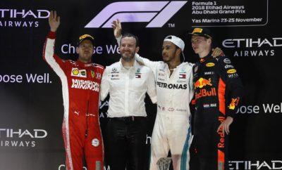 """Την ημέρα που η Pirelli ανακοίνωσε την επέκταση του συμβολαίου της μέχρι το 2023, ο Lewis Hamilton πήρε την τελευταία του νίκη για το 2018. Εκκίνησε από την πρώτη θέση και υιοθέτησε όπως είχαμε προβλέψει, στρατηγική μιας αλλαγής από πάρα πολύ μαλακή σε πολύ μαλακή γόμα. Ο Hamilton πραγματοποίησε τη μοναδική του αλλαγή πολύ νωρίς, υπό το καθεστώς εικονικού αυτοκινήτου ασφαλείας. Μετά έκανε 48 γύρους μέχρι την καρό σημαία. Παραταύτα οι Ferrari, Red Bull ήταν ανταγωνιστικές μολονότι δεν εκκίνησαν από την πρώτη σειρά. Τερμάτισαν στην 2η και 3η θέση του αγώνα αντίστοιχα με τους Sebastian Vettel και Max Verstappen. Ο Ολλανδός ήταν ο μόνος οδηγός από τις τρεις μεγάλες ομάδες που εκκίνησε με την εξαιρετικά μαλακή γόμα. Συμπλήρωσε 17 γύρους στην αρχή μ' αυτό το σετ, με τη βοήθεια του εικονικού αλλά και του κανονικού αυτοκινήτου ασφαλείας. Ο Hamilton εκτός από το τρόπαιο του νικητή στο Άμπου Ντάμπι, πήρε και έναν ακόμη βραβείο, πριν την παρέλαση των οδηγών: Το 2018 Pirelli Pole Position Award – ένα κανονικού μεγέθους ελαστικό, στο οποίο αναγράφονται οι 11 φετινές του pole. MARIO ISOLA - ΕΠΙΚΕΦΑΛΗΣ ΑΓΩΝΩΝ ΑΥΤΟΚΙΝΗΤΟΥ """"Παρότι σχεδόν όλοι ακολούθησαν την αναμενόμενη στρατηγική της μιας αλλαγής, η στρατηγική του αγώνα είχε ενδιαφέρον. Νομίζω ότι όλοι εκπλαγήκαμε βλέποντας μερικές σταγόνες κατά τη διάρκειά του, οι οποίες δεν επηρέασαν τελικά. Ο Lewis Hamilton σταμάτησε πολύ νωρίς και μετά έκανε ένα μεγάλο δεύτερο μέρος με την πολύ μαλακή γόμα. Την ίδια στιγμή ο Daniel Ricciardo που τερμάτισε 4ος έκανε το αντίθετο: Συμπλήρωσε πολλούς γύρους στην αρχή, με την πάρα πολύ μαλακή γόμα και μετά λιγότερους με την πολύ μαλακή στο δεύτερο μέρος. Ανάμεσά τους ο Max Verstappen, που κέρδισε 3 θέσεις εκκινώντας με την εξαιρετικά μαλακή γόμα. Τώρα γυρίζουμε αμέσως σελίδα και επικεντρώνουμε την προσοχή μας στο 2019. Οι οδηγοί θα πάρουν μια γεύση από τα νέα ελαστικά για πρώτη φορά Τρίτη και Τετάρτη: Θα υπάρχουν διαθέσιμα για σύγκριση και ελαστικά του 2018. Εν τέλει είναι η κατάλληλη στιγμή να τιμή"""