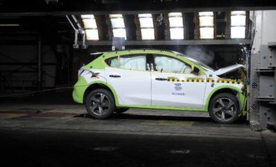 Προηγμένες Τεχνολογίες και Καινοτομίες Μηχανολογίας Προσφέρουν Ασφάλεια 5 Αστέρων στους Αγοραστές του Νέου Ford Focus • Από αυτόματη ενεργοποίηση των φρένων για την αποφυγή πεζών μέχρι ένα αμάξωμα κατασκευασμένο από ατσάλι υπερυψηλής αντοχής κατά 33%, το νέο Ford Focus προσφέρει την καλύτερη ασφάλεια • Το Focus βαθμολογήθηκε με 5 αστέρια Euro NCAP στο πλαίσιο των νέων, αυστηρότερων πρωτόκολλων δοκιμών, χρησιμοποιώντας τεχνολογίες που προάγουν την οδηγική εμπειρία • Νέα εγκατάσταση δοκιμών με τεστ επιτάχυνσης (sled test) επέτρεψε την ταχύτερη, αποτελεσματικότερη βελτίωση της ασφάλειας του νέου Focus και θα συμβάλλει στη βελτιστοποίηση της ασφάλειας όλων των οχημάτων Ford που εξελίσσονται στην Ευρώπη Το νέο Ford Focus προσφέρει αυτοπεποίθηση και ξεγνοιασιά στους πελάτες σε όλες τα οδηγικά σενάρια, χρησιμοποιώντας μία σειρά προηγμένων τεχνολογιών υποστήριξης οδηγού και μηχανολογικών καινοτομιών. Το Focus πριν από μερικούς μήνες απέσπασε 5 αστέρια για την ασφάλειά του από τον ανεξάρτητο οργανισμό δοκιμών Euro NCAP – ένα από τα πρώτα μοντέλα που λαμβάνει την υψηλότερη βαθμολογία μέχρι στιγμής, στο πλαίσιο των νέων, αυστηρότερων πρωτόκολλων δοκιμών. Επιπλέον, τεχνολογίες σχεδιασμένες να κάνουν την εμπειρία οδήγησης με ένα Focus πιο άνετη, λιγότερο απαιτητική και που βοηθούν τους οδηγούς να αποφύγουν ή να μετριάσουν τις συνέπειες ενός ατυχήματος εκθειάστηκαν πρόσφατα από το Euro NCAP. Το Focus εξελίχθηκε στη νέα εγκατάσταση δοκιμών της Ford αξίας 15,5 εκατ. ευρώ στην Κολωνία, για περαιτέρω βελτίωση της ασφάλειας. «Τίποτα δεν είναι σημαντικότερο για εμάς από την ασφάλεια των πελατών μας και η Ford πιστεύει ότι το να προσφέρει έξυπνα αυτοκίνητα με τεχνολογίες ενεργητικής ασφάλειας είναι εξίσου σημαντικό με την εξέλιξη οχημάτων πλήρως εξοπλισμένων με συστήματα παθητικής ασφάλειας» δήλωσε ο Helmut Reder, global vehicle line director B-car & C-car, Ford Ευρώπης. Στοιχεία ενεργητικής και παθητικής ασφάλειας Το νέο Ford Focus προσφέρει την πλουσιότερη γκάμα συστημάτων υποστήριξης