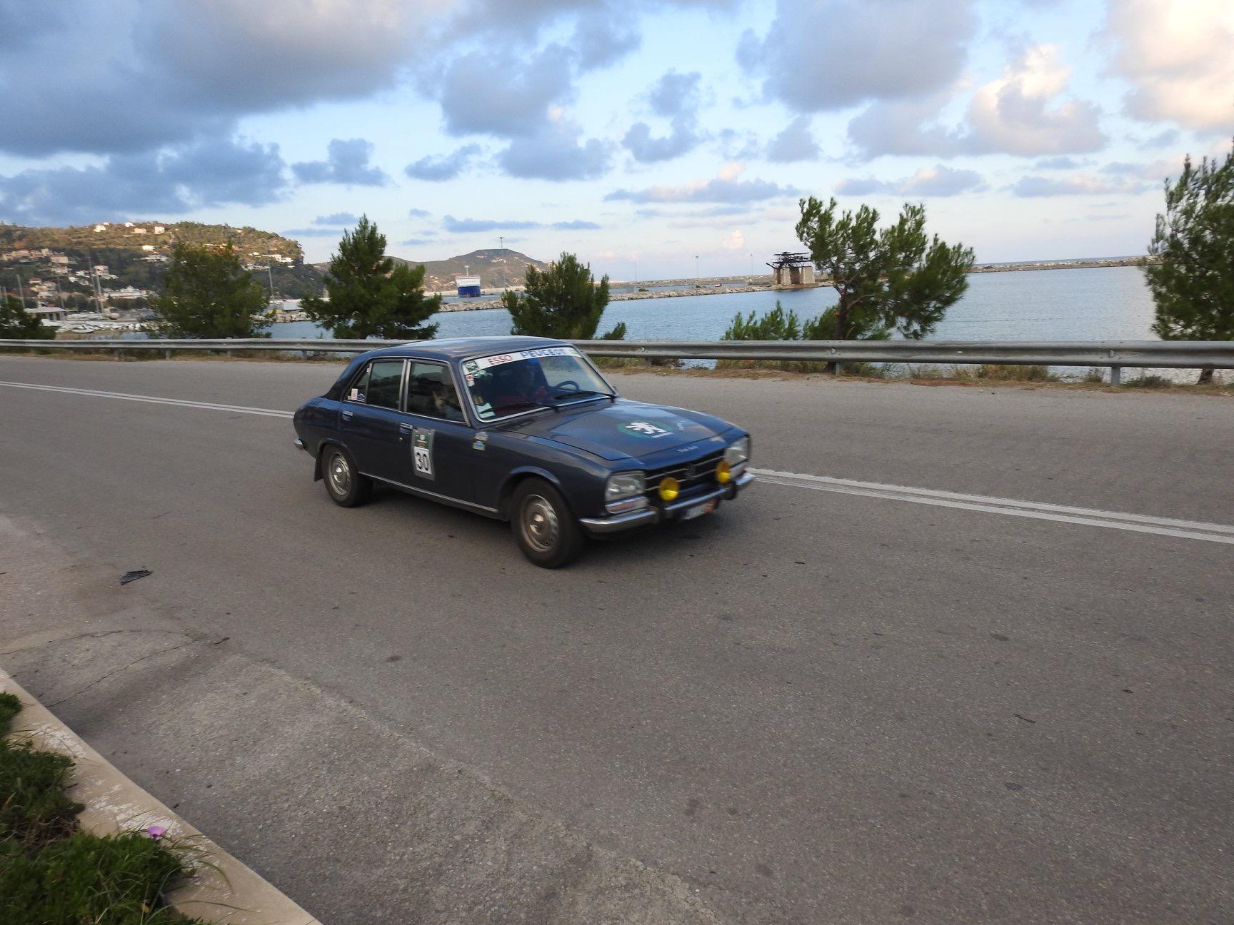"""Ολοκληρώθηκε με μεγάλη επιτυχία το Χειμερινό Ράλλυ της ΦΙΛΠΑ «Γιώργος Ραπτόπουλος», το τελευταίο ράλλυ της λέσχης για το 2018. Οι 62 συνολικά συμμετέχοντες - 38 στο regularity και 24 στο Touring, έλαβαν εκκίνηση στα Σ.Ε.Α. Καπανδριτίου 31ο χλμ. Ε.Ο. Αθηνών - Λαμίας και κατευθύνθηκαν για το 1ο σκέλος προς Χαλκίδα, Νέα Αρτάκη και τα όμορφα χωριά Πίσσωνας, Βουνοί, Καθενοί για να καταλήξουν στην Στενή όπου σταμάτησαν για το μεσημεριανό γεύμα. Το απογευματινό σκέλος οδήγησε τους συμμετέχοντες μέσα από τους Στρόπωνες και το Μετόχι για να καταλήξουν στην Κύμη στο άνετο, πολυτελές 4στερο ξενοδοχείο Kymi Palace Hotel όπου έγινε η διανυκτέρευση. Η δεύτερη μέρα ξεκίνησε συναρπαστικά με την «Σούπερ Ειδική», τη διάσημη ανάβαση Κύμης. Η ΦΙΛΠΑ, με την βοήθεια του Δήμου Κύμης και της Αστυνομίας εξασφάλισε να κλείσει ο δρόμος για την διάρκεια της ανάβασης γεγονός που έκανε την διαδρομή για τους συμμετέχοντες μια αξέχαστη εμπειρία! Η συνέχεια οδήγησε τα πληρώματα σε μια όμορφη διαδρομή για τις τελευταίες Ειδικές Διαδρομές στη ανατολική Εύβοια και το όρος Δίρφυ και επιστροφή στην παραλία της Κύμης. Το γεύμα gala και η απονομή έγιναν στο ξενοδοχείο Kymi Palace Hotel. Στη εκδήλωση οι συμμετέχοντες είχαν την επιλογή να συμμετάσχουν σε μία από 3 κατηγορίες: την κλασσική Regularity που χωρίζεται σε «κόκκινους» με «σβέλτες» ειδικές δοκιμασίες (με ταχύτητες που δεν ξεπερνούν τα 50 ΜΩΤ), τους «πράσινους» με λίγο χαμηλότερες ΜΩΤ σε ορισμένες Ειδικές Δοκιμασίες και την κατηγορία Touring με λιγότερες ειδικές δοκιμασίες και χαμηλότερες ταχύτητες για αυτούς που απλά επιθυμούσαν να απολαύσουν μια ωραία βόλτα με το ιστορικό τους αυτοκίνητο. Στο ράλλυ μπορούσαν να συμμετάσχουν κλασσικά, ιστορικά αυτοκίνητα «αντίκες» ηλικίας από 30-100 ετών με κάρτα FIVA ή FIA καθώς και """"Youngtimers"""" ηλικίας 20 ετών. 1οι νικητές στη κατηγορία Regularity αναδείχτηκε το ζεύγος Μάνος και Μαρία Παλαβίδη με Renault 5 GT Turbo του 1985 με 7 βαθμούς ποινής, 2οι οι Λεωνίδας Νασόπουλος – Μιχάλης Καουτσκής με Peugeot 504 του 19"""