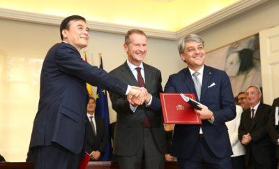 Volkswagen Group China, JAC και SEAT υπογράφουν νέα συμφωνία για την προώθηση του e-mobility στην Κίνα / Μνημόνιο συνεργασίας μεταξύ Volkswagen Group China, JAC και SEAT που σηματοδοτεί την προώθηση της ηλεκτρικής κινητικότητας στην Κίνα / Η τεχνολογία και οι δυνατότητες των προϊόντων θα αξιοποιηθούν για την ανάπτυξη μίας πλατφόρμας παραγωγής ηλεκτρικών οχημάτων / Η JAC Volkswagen θα φέρει την SEAT στην τοπική αγορά από το 2021 και θα συνεργαστεί μαζί της για την ανάπτυξη από κοινού ηλεκτρικών προϊόντων SEAT / Η δημιουργία του JAC Volkswagen R&D Center θα ξεκινήσει πριν το τέλος του 2018 Η SEAT υπέγραψε μνημόνιο συνεργασίας με την Volkswagen Group China και την Anhui Jianghuai Automobile Group Corp., Ltd (JAC). Η συμφωνία υπεγράφει από τον Πρόεδρο του Διοικητικού Συμβουλίου της Volkswagen AG, Dr. Herbert Diess, τον Πρόεδρο της JAC, An Jin και τον Πρόεδρο της SEAT, Luca de Meo, παρουσία του Προέδρου της Κίνας, Xi Jingping και του Ισπανού Πρωθυπουργού, Pedro Sánchez σε μία τελετή που πραγματοποιήθηκε στο Palace of Moncloa στη Μαδρίτη, την επίσημη κατοικία και χώρο εργασίας του Ισπανού Πρωθυπουργού. Στα πλαίσια της συμφωνίας, όλα τα μέρη θα αξιοποιήσουν την τεχνολογία και τις δυνατότητες των προϊόντων για την ανάπτυξη μίας πλατφόρμας παραγωγής ηλεκτρικών οχημάτων μπαταρίας από την JAC Volkswagen. Η JAC Volkswagen θα συνεργαστεί με την μάρκα για την είσοδό της στην τοπική αγορά από το 2021 και για την δημιουργία από κοινού ηλεκτρικών προϊόντων SEAT. Η δημιουργία του JAC Volkswagen R&D Center θα ξεκινήσει πριν το τέλος του 2018 και θα επικεντρωθεί σε βασικούς τομείς όπως η συνδεσιμότητα, η αυτόνομη οδήγηση και άλλες μελλοντικές στρατηγικές κατευθύνσεις. Η συμφωνία δίνει νέα ώθηση στην συνεργασία μεταξύ Volkswagen Group China, SEAT and JAC, που εργάζονται μαζί για την πολύ σημαντική αγορά ηλεκτρικής κινητικότητας στην Κίνα. «Η ηλεκτρική κινητικότητα, μαζί με την ψηφιοποίηση, τη συνδεσιμότητα και την αυτόνομη οδήγηση είναι το μέλλον της βιομηχανίας κινητικότητας και η Κίνα