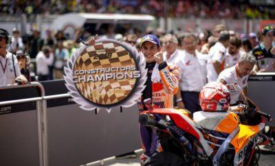 """Ο Marc Marquez κυριαρχεί στη Μαλαισία και χαρίζει στη Honda τον τίτλο Κατασκευαστών του MotoGP 2018 με την 70ή νίκη της καριέρας του Ξεκινώντας από την 7η θέση της γραμμής εκκίνησης στον 18ο γύρο του MotoGP στη Μαλαισία ο Marc Marquez κατέκτησε την 70ή νίκη της καριέρας του, την ένατη φετινή του νίκη και την 44η στην κορυφαία κατηγορία MotoGP, χαρίζοντας στη Honda τον 24ο τίτλο Κατασκευαστών. Επιπλέον, με τη χθεσινή του νίκη στη Μαλαισία ο νέος Παγκόσμιος Πρωταθλητής της Moto3 Jorge Martin χάρισε στη Honda το Πρωτάθλημα Κατασκευαστών και στη μικρή κατηγορία. Σε όλες τις κατηγορίες, η Honda μετρά πλέον 69 Παγκόσμιους Τίτλους, αριθμό – ρεκόρ στην ιστορία του Πρωταθλήματος. Πέρα από τα στατιστικά, ο χθεσινός αγώνας ήταν ακόμη μία επίδειξη κορυφαίας κλάσης από τον Παγκόσμιο Πρωταθλητή του 2018, ο οποίος από την τρίτη σειρά στην εκκίνηση ανέβηκε στη δεύτερη θέση μετά από πέντε μόνο γύρους και στη συνέχεια εξαπέλυσε μία μακρά επίθεση στο Valentino Rossi που προηγείτο. Ενώ ο Marc προετοιμαζόταν για μία ακόμη μάχη για τη νίκη, ο Ιταλός έπεσε μόλις τέσσερις γύρους πριν το τέλος. Από την πλευρά του ο Dani Pedrosa έφερε ένα από τα καλύτερα αποτελέσματά του φέτος τερματίζοντας στην 5η θέση διατηρώντας δυνατό ρυθμό καθ' όλη τη διάρκεια του αγώνα. 1ος Marc Marquez """"Ήταν ένας σκληρός αγώνας, πρώτον γιατί ξεκίνησα από την έβδομη θέση. Δεν έκανα τέλεια εκκίνηση και ο πρώτος μου γύρος, αν και ήταν καλός, δεν ήταν από τους καλύτερους της καριέρας μου. Βήμα-βήμα, πέρασα κάποιους αναβάτες και ανέβηκα στη δεύτερη θέση. Είδα ότι ο Valentino πίεζε και ξεκίνησα να τον κυνηγώ, γυρνώντας σε ρυθμούς κατατακτήριων! Όμως στο μεταξύ υπερθέρμανα το πίσω ελαστικό, ενώ και το μπροστινό είχε υπερθερμανθεί οπότε η αίσθηση στη μοτοσυκλέτα δεν ήταν καλή. Έτσι για μερικούς γύρους προσπάθησα απλά να ηρεμήσω και με αυτόν τον τρόπο άρχισα να αισθάνομαι όλο και καλύτερα. Είδα ότι πλησίαζα το Valentino και αυτό μου χάρισε ειλικρινά επιπλέον κίνητρο. Εκείνη τη στιγμή ήταν μόνο θέμα ενστίκτου να πιέζω, κάτι που"""