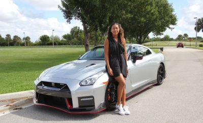 """Ένας """"γάμος"""" υψηλών επιδόσεων : Naomi Osaka + Nissan GT-R ! Η πρωταθλήτρια του Grand Slam, Naomi Osaka, θα έχει στο γκαράζ της ένα ολοκαίνουργιο Nissan GT-R NISMO. Ούσα παγκόσμια """"πρέσβειρα"""" της Nissan, η Naomi OSAKA παρέλαβε πρόσφατα το πανίσχυρο """"έπαθλο"""" των 600 ίππων και χρώματος Super Silver, προκειμένου να πηγαίνει στις προπονήσεις, τόσο γρήγορα, όσο της επιτρέπει ο… νόμος ! Η 21χρονη Oσάκα που κατοικεί στην Florida των Η.Π.Α, χρίσθηκε """"πρέσβειρα"""" της Nissan τον περασμένο Σεπτέμβριο, λίγο αφότου έγινε η πρώτη τενίστρια από την Ιαπωνία, που κέρδισε στο γυναικείο singles Grand Slam."""