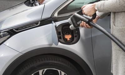 """Η Opel στοχεύει στην ανάληψη ηγετικού ρόλου στον τομέα προώθησης της ηλεκτροκίνησης στα πλαίσια του στρατηγικού σχεδίου PACE! Το συγκεκριμένο πρόγραμμα του Κέντρου Μηχανολογίας Opel ξεκινά τους επόμενους μήνες υποστηρίζοντας τη δημιουργία μιας ευφυούς υποδομής φόρτισης για την ηλεκτροκίνηση του αύριο Προσομοίωση συνθηκών μετακίνησης στο Hesse το 2035 Συμμετοχή στη δεξαμενή σκέψης (think tank) του House of Energy υπό την αιγίδα του Ομόσπονδου Κρατιδίου του Hesse Το Engineering Center της Opel που βρίσκεται στα κεντρικά της εταιρίας στo Rüsselsheim, πρόκειται να μετατραπεί σε εργαστήριο ηλεκτροκίνησης: σε συνεργασία με το Πανεπιστήμιο του Kassel, την FLAVIA IT και την PLUG'n CHARGE, δύο εταιρίες που ειδικεύονται στις υποδομές φόρτισης, ο κατασκευαστής θα διεξάγει έρευνες σχετικά με την εξεύρεση ιδανικών λύσεων στον τομέα των δικτύων ηλεκτροδότησης για το μέλλον. Το τριετές πρόγραμμα με την ονομασία """"E-Mobility-LAB Hesse"""" πρόκειται να υποστηριχθεί από το Υπουργείο Οικονομίας, Ενέργειας, Μεταφορών και Ανάπτυξης του κρατιδίου του Hesse με κονδύλια του Ευρωπαϊκού Ταμείου Περιφερειακής Ανάπτυξης. Ανταποδοτικά, η Opel θα εγκαταστήσει ένα έξυπνο σύστημα φόρτισης και υποδομών για ηλεκτρικά αυτοκίνητα στο Μηχανολογικό της Κέντρο. Η εγκατάσταση των πρώτων σταθμών φόρτισης στο εργοστάσιο της Opel στο Rüsselsheim και στο Κέντρο Δοκιμών του Rodgau-Dudenhofen θα ξεκινήσει μάλιστα στους επόμενους μήνες. Συνολικά θα δημιουργηθούν περισσότεροι από 160 σταθμοί φόρτισης οι οποίοι θα εξυπηρετούν τις ανάγκες φόρτισης του στόλου ηλεκτρικών αυτοκινήτων του Μηχανολογικού Κέντρου. Εκτεταμένες και καλά μελετημένες προσομοιώσεις πολυάριθμων σεναρίων φόρτισης θα πραγματοποιηθούν με βάση τα υπάρχοντα δεδομένα, εξασφαλίζοντας τη δυνατότητα μεταβίβασης των αποτελεσμάτων τους. Το συγκεκριμένο πρόγραμμα αναπτύχθηκε μαζί με το House of Energy, το 'think tank' (δεξαμενή σκέψης) που ασχολείται με την ενεργειακή μετάβαση του Hesse. Πρόκειται για έναν ακόμα σταθμό στην πορεία της Opel που αποσκοπεί στην α"""