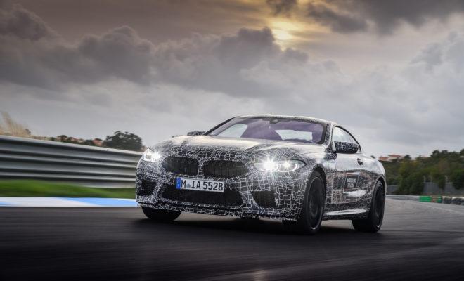 Από την αγωνιστική πίστα στο δρόμο: η νέα BMW M8 Coupe (Κατανάλωση καυσίμου στο μικτό κύκλο: 10,8 – 10,7 l/100 km, εκπομπές CO2 στο μικτό κύκλο: 246 – 243 g/km*) ολοκληρώνει το τελικό στάδιο στο δρόμο για τη μαζική παραγωγή. Η BMW M GmbH δοκιμάζει ένα αρχικό πρωτότυπο της προσεχούς ναυαρχίδας της στην πίστα GP του Εστορίλ, στην Πορτογαλία.