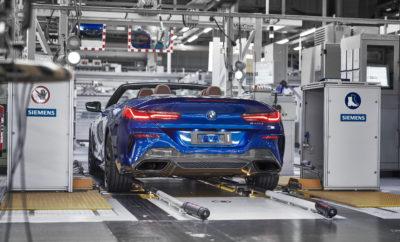 Τέσσερις μήνες μετά την επέκταση της παραγωγής της νέας BMW Σειράς 8 Coupé στο Dingolfing, η οικογένεια της BMW Σειράς 8 πλαισιώνεται από ένα ακόμα νέο μέλος από την Κάτω Βαυαρία. Πριν από λίγες ημέρες, στο εργοστάσιο του BMW Group στο Dingolfing, ξεκίνησε η παραγωγή της νέας BMW Σειράς 8 Cabrio, που θα κατασκευάζεται μαζί με την BMW Σειρά 5 και την Σειρά 7 σε μία γραμμή συναρμολόγησης. Το BMW Group έχει επενδύσει συνολικά τριψήφιο αριθμό εκατομμυρίων ευρώ στη νέα οικογένεια του μοντέλου στην περιοχή της Κάτω Βαυαρίας, προάγοντας τη μονάδα του Dingolfing σε πρότυπο εργοστάσιο για την ανώτερη, πολυτελή κατηγορία. Νέας σχεδίασης υφασμάτινη οροφή. Ο οδηγός και οι επιβάτες της νέας BMW Σειράς 8 Cabrio προστατεύονται από τα στοιχεία της φύσης μέσω ενός κλασικού soft-top. Η οροφή πολλαπλών στρωμάτων ξεχωρίζει με μία πανάλαφρη σχεδίαση και εξαιρετική ακουστική μόνωση. Η νέα BMW Σειρά 8 Cabrio διατίθεται με μαύρο soft-top (στάνταρ) ενώ μία έκδοση σε απόχρωση Anthracite Silver διατίθεται προαιρετικά. Το soft-top ανοίγει και κλείνει τελείως αυτόματα σε 15 δευτερόλεπτα. Δύο εκδόσεις μοντέλου διατίθενται στο λανσάρισμα. Δύο εκδόσεις κινητήρων θα διατίθενται όταν η νέα BMW Σειρά 8 Cabrio αρχίσει να πωλείται το Μάρτιο του 2019: ένας V8 κινητήρας στην BMW M850i xDrive Cabrio (κατανάλωση καυσίμου στο μικτό κύκλο: 9,9 – 10,0 l/100 km, εκπομπές CO2 στο μικτό κύκλο: 229 – 225 g/km)* αποδίδει εντυπωσιακές επιδόσεις που γίνονται ακόμα πιο συναρπαστικές με την οροφή ανοιχτή. Η τελευταία γενιά του οκτακύλινδρου κινητήρα 4.4L έχει ανασχεδιαστεί πλήρως, ώστε να αποδίδει ισχύ 530 hp και ροπή 750 Nm. Η BMW 840d xDrive Cabrio βασίζεται σε έναν κινητήρα diesel (κατανάλωση καυσίμου στο μικτό κύκλο: 6,3 – 5,9 l/100 km, εκπομπές CO2 στο μικτό κύκλο: 165 – 155 g/km)* αντίθετα με οποιονδήποτε άλλο ανταγωνιστή, προσφέροντας ανώτερη ελκτική πρόσφυση και χαμηλή κατανάλωση. Ο εν σειρά εξακύλινδρος κινητήρας 3.0L diesel αποδίδει μέγιστη ισχύ 320 hp και μέγιστη ροπή 680 Nm. Και οι δύο εκδόσεις του κινητήρ