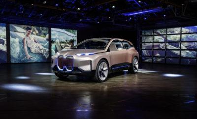 """Το BMW Vision iNEXT αποτυπώνει το όραμα της μελλοντικής μετακίνησης. Το τελευταίο Vision Vehicle του BMW Group συμβολίζει το ξημέρωμα μιας νέας εποχής στην οδηγική απόλαυση – και γιορτάζει την παγκόσμια πρεμιέρα του στο Σαλόνι Αυτοκινήτου του Λος Άντζελες. Δεν πρόκειται για ένα απλό αυτοκίνητο: το BMW Vision iNEXT θέτει τις βάσεις για το μέλλον του BMW Group, με τεχνολογίες, σχεδιαστικά στοιχεία και καινοτομίες που θα ενσταλαχτούν στην εταιρία και τις μάρκες της. Είναι η πρώτη φορά που όλοι οι στρατηγικοί τομείς καινοτομίας του BMW Group – Αυτόνομη Οδήγηση, Συνδεσιμότητα, Εξηλεκτρισμός και Υπηρεσίες (ACES - Autonomous driving, Connectivity, Electrification and Services) – ενσωματώνονται σε ένα αυτοκίνητο και εκφράζονται μέσω της σχεδίασης (D+ACES) διαμορφώνοντας το μελλοντικό πρόσωπο της οδηγικής απόλαυσης. Ανθρωποκεντρική σχεδίαση . Η μετακίνηση αποτελεί εγγενές στοιχείο της ζωής, των εμπειριών μας και της αισθητηριακής μας οντότητας. Με λίγα λόγια είναι βασική, ανθρώπινη ανάγκη. Συνεπώς, σκεπτόμενοι το μέλλον της μετακίνησης, στο επίκεντρο βρίσκονται περισσότερο από ποτέ οι άνθρωποι, τα συναισθήματα, και οι ανάγκες / προτιμήσεις για μετακίνηση. Οι δυνατότητες που προσφέρουν η αυτόνομη οδήγηση, ο εξηλεκτρισμός και η προηγμένη συνδεσιμότητα θα οδηγήσουν σε νέες εμπειρίες και νέους τρόπους προγραμματισμού ταξιδιών με αυτοκίνητο. Ταυτόχρονα, υπόσχονται να αλλάξουν τις επιθυμίες μας και τις καθημερινές μας συνήθειες. Μία ' μπουτίκ ' σε τροχούς . Οι οδηγοί θα έχουν μέγιστη ελευθερία να αποφασίζουν πώς επιθυμούν να αξιοποιούν το χρόνο τους κατά τη διάρκεια του ταξιδιού. Η σχεδίαση εσωτερικού θα αποκτά διαρκώς μεγαλύτερη σημασία, με τον παράγοντα 'ευεξίας' να παίζει πρωταρχικό ρόλο. Γι' αυτό, το BMW Vision iNEXT δημιουργήθηκε σαν ένας νέος """"αγαπημένος χώρος"""" σε τροχούς, που παρέχει αληθινή ποιότητα ζωής και όπου μπορούμε να λειτουργούμε ελεύθερα και να χαλαρώνουμε.Έτσι, η σχεδίαση απευθύνεται άμεσα στο συναίσθημα και μεταφέρει μία αίσθηση θετικότητας, κατά την είσοδο στο """