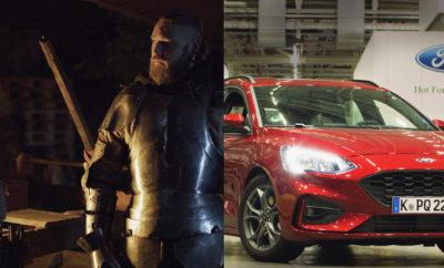 Πανοπλίες Ιπποτών, Ρομπότ και Λέιζερ: Η Ford είναι η Πρώτη που Αυτοματοποιεί Πλήρως μία Διαδικασία, με την Οποία το Νέο Focus Γίνεται Ασφαλέστερο από Ποτέ • Η Ford αποκαλύπτει μυστικά μιας τεχνολογίας μοναδικής στο είδος της, που βοηθά να γίνονται τα αυτοκίνητα ασφαλέστερα από ποτέ • Η πρώτη, πλήρως αυτοματοποιημένη διαδικασία εκσυγχρονίζει μεθόδους σιδηρουργών μιας άλλης εποχής, χρησιμοποιώντας καμίνους, ρομπότ και λέιζερ για την διαμόρφωση εξαρτημάτων αυτοκινήτων, που παρέχουν ασφάλεια σε οδηγούς και επιβάτες • Το ατσάλι βορίου, παλιότερα συστατικό κατασκευής πανοπλιών που σήμερα συναντάμε σε ουρανοξύστες, αυξάνει την ασφάλεια του νέου Ford Focus, με αποτέλεσμα να κερδίσει πέντε αστέρια Euro NCAP Κάποτε ήταν μία τεχνική που προστάτευε τους ιππότες από τα συντριπτικά χτυπήματα των αντιπάλων τους. Τώρα, η Ford εφαρμόζει μία προηγμένη εκδοχή της ίδιας τεχνολογίας, που κάνει τα αυτοκίνητά της ασφαλέστερα από ποτέ. Η πρώτη, πλήρως αυτοματοποιημένη διαδικασία μορφοποίησης εν θερμώ διαμορφώνει εξαρτήματα αυτοκινήτων – που απαιτούνται για την προστασία οδηγών και επιβατών – χρησιμοποιώντας γιγαντιαίους φούρνους, ρομπότ και λέιζερ σε θερμοκρασία 3.000° C. «Βασιζόμαστε σε τεχνικές που χρησιμοποιούνται για ενίσχυση του ατσαλιού εδώ και χιλιάδες χρόνια, ενσωματώνοντας σύγχρονα υλικά και μία αυτοματοποιημένη μέθοδο, για να επιταχυνθεί και να βελτιωθεί η διαδικασία διαμόρφωσης εν θερμώ,» δήλωσε ο Dale Wishnousky, vice president, Manufacturing, Ford Ευρώπης. «Σαν αποτέλεσμα, ο κλωβός ασφαλείας από ατσάλι βορίου καθιστά το νέο Focus ένα από τα ασφαλέστερα οχήματα όλων των εποχών.» Η γραμμή χύτευσης εν θερμώ – πλήρως ενσωματωμένη στο εργοστάσιο Συναρμολόγησης Οχημάτων της εταιρίας στο Saarlouis (Γερμανία) – είναι προϊόν μιας πρόσφατης επένδυσης ύψους 600 εκατομμυρίων Ευρώ. Η διαδικασία αυτή αποτελεί αναπόσπαστο κομμάτι της παραγωγής του νέου Ford Focus που βαθμολογήθηκε με πέντε αστέρια στα crash tests του Euro NCAP. Στο νέο Focus γίνεται εκτενής χρήση ατσαλιού βορίου – το ισχυρότ