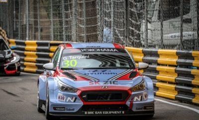 Το Hyundai i30 N TCR κατέκτησε διπλό τίτλο στο FIA WTCR • Οι οδηγοί του Hyundai i30 N TCR της MRacing-YMR κατέκτησαν τον τίτλο των ομάδων και των οδηγών στο FIA World Touring Car (WTCR) στο φινάλε της σεζόν *, τον αγώνα του Μακάο • Το βάθρο του Yvan Muller και η τέταρτη θέση του Gabriele Tarquini στο Race 1 οδήγησαν τη μάχη του τίτλου των οδηγών σε έναν αμφίδρομο ανταγωνισμό την τελευταία μέρα της σεζόν • Ένα δραματικό ζευγάρι αγώνων είχε ως αποτέλεσμα ο Gabriele Tarquini να κερδίσει τον τίτλο των οδηγών και το στέμμα των ομάδων η MRacing-YMR. Οι οδηγοί του Hyundai i30 N TCR της MRacing-YMR και ο Gabriele Tarquini της BRC Racing Team, κατέκτησαν τους τίτλους των ομάδων και των οδηγών αντίστοιχα του FIA World Touring Car του 2018 στην πίστα Guia στο Μακάο. Στο Race 1 ο Tarquini έκανε μια εξαιρετική εκκίνηση στην ομάδα του BRC Racing Team i30 N TCR φθάνοντας στην τέταρτη θέση. Ο Ιταλός στη συνέχεια κράτησε τη θέση του επιβιώνοντας μετά από δύο επανεκκινήσεις μετά από εισόδους του αυτοκινήτου ασφαλείας. Αντίστοιχα ο οδηγός της MRacing Yvan Muller κατέκτησε την 2η θέση, έχοντας πάρει πρόωρα το προβάδισμα και καταφέρνοντας να περιορίσει ελαφρώς τη διαφορά του με τον αντίπαλό του. Εντούτοις, σημαντικό είναι ότι το αποτέλεσμα βοήθησε να περιοριστούν οι υποψήφιοι του πρωταθλήματος από επτά σε μόνον εκείνον και τον Tarquini πριν από τους αγώνες της Κυριακής. To Race 2 αποδείχθηκε δραματικό από την αρχή. O Tarquini ενεπλάκη σε ατύχημα που είχε ως αποτέλεσμα μια σοβαρή ζημιά στο # 30 i30 N TCR. Κατάφερε να φέρει το αυτοκίνητο πίσω στα pits, επιτρέποντας στην ομάδα να προετοιμαστεί για το Race 3. Εν τω μεταξύ, ο Muller, μετακινήθηκε στην τρίτη θέση με αποτέλεσμα να πάρει ένα δεύτερο βάθρο το Σαββατοκύριακο και να κλείσει τη διαφορά του με τον Tarquini σε μόλις 18 πόντους λίγο πριν το φινάλε. Ο Tarquini ξεκίνησε πολύ καλά στο Race 3 ανεβαίνοντας στη δεκάδα, ενώ ο Muller έφθασε στην πέμπτη θέση, έναν βαθμό πίσω από τον Norbert Michelisz της BRC Racing Team. Ακόμη και μετά την άνο