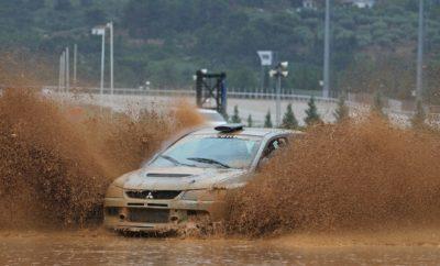 Καιρού... μη επιτρέποντος! Οι κακές καιρικές συνθήκες και η αντίστοιχη κατάσταση που επικράτησε στη χωμάτινη διαδρομή των 1,35 χιλιομέτρων στον Ιππόδρομο Αθηνών στο Μαρκόπουλο στο πλαίσιο του 4ου γύρου του ΕΚΟ Racing Dirt Games, δεν επέτρεψαν να ολοκληρωθεί ο πρώτος αγώνας στην Ελλάδα σύμφωνα με κανονισμούς Rallycross. Η βροχή και τα έντονα καιρικά φαινόμενα που έπληξαν την Αττική εχθές το βράδυ, αλλά και σήμερα το πρωί, δημιούργησαν αρκετά σημεία στη διαδρομή, τα οποία ήταν απροσπέλαστα για τις χωμάτινες φόρμουλες. Με δεδομένο ότι υπήρχε και αγώνας ατομικής χρονομέτρησης, ο οποίος άνοιγε την αυλαία της σημερινής ημέρας, αποφασίστηκε να μην υπάρξει κάποια βιαστική κίνηση περί μη διεξαγωγής του αγώνα Rallycross. Τα αυτοκίνητα ολοκλήρωσαν κανονικά την προσπάθεια τους, ενώ πραγματοποίησαν και το δεύτερο σκέλος, με στόχο να καθαρίσει περισσότερο η διαδρομή από τα λιμνάζοντα νερά σε συγκεκριμένα σημεία. Όμως, ακόμα και έτσι, και παρόλες τις προσπάθεις των διοργανωτών, ήταν αδύνατη η διεξαγωγή του αγώνα Rallycross για τις χωμάτινες φόρμουλες. Έτσι, μετά από περαιτέρω επιθεώρηση της διαδρομής, ο Αλυτάρχης αποφάσισε τη διακοπή του αγώνα, με αποτέλεσμα να μην πραγματοποιηθούν οι δύο ημιτελικοί, και οι τελικοί στις κατηγορίες των 600 και 750 κ.εκ. Απόφαση για το τι θα συμβεί με τον συγκεκριμένο αγώνα, θα υπάρξει μετά από σχετική συνεδρίαση της ΕΠΑ. Σε αυτές τις δύσκολες συνθήκες ακόμα και τα αυτοκίνητα δυσκολεύτηκαν, με αποτέλεσμα να έχουμε αρκετές εγκαταλείψεις. Έτσι, τον ταχύτερο χρόνο της ημέρας πραγματοποίησε ο Γιάννης Κοντέλης με το Mitsubishi Lancer EVO IX, επικρατώντας και στην κατηγορία άνω των 2.000 κ.εκ. Την ίδια ώρα, ο Ηλίας Καφαντάρης με την Toyota Corolla κέρδισε σε αυτή των 1.400-1.600 κ.εκ., και με τους δύο συνδυασμούς να επιβιώνουν στις αντίξοες συνθήκες, αλλά προσφέροντας παράλληλα όμορφο θέαμα. Κρατάμε το ενδιαφέρον, το θέαμα και τις μάχες που είδαμε στους χθεσινούς προκριματικούς του αγώνα Rallycross και επάνω σε αυτό σχεδιάζουμε την επόμενη μέρα τη νέα χρο