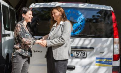 – Μια σημαντική διαδρομή προσφοράς με προορισμό τον άνθρωπο συνεχίζεται στο πλαίσιο της σύμπραξης της Goodyear Dunlop Hellas με τους Γιατρούς του Κόσμου, εξοπλίζοντας με ελαστικά τα 15 οχήματα της οργάνωσης που χρησιμοποιούνται σε αποστολές. Η Goodyear Dunlop Hellas επέλεξε από την προηγούμενη χρονιά να υποστηρίξει το σημαντικό έργο των Γιατρών του Κόσμου, ενός Οργανισμού που έχει γράψει χιλιόμετρα σε ένα κοντέρ αποστολών με προορισμό τον άνθρωπο. Σε διάστημα 10 μηνών, οι Γιατροί του Κόσμου διένυσαν με τα ελαστικά της Goodyear Dunlop Hellas περισσότερα από 18.500 χιλιόμετρα, συμμετέχοντας σε 14 αποστολές και προσφέροντας ιατρικές υπηρεσίες σε 2.678 συνανθρώπους μας, σε δήμους της Αττικής αλλά και σε απομακρυσμένα σημεία της Ελλάδας. Από τις 24 Ιουλίου 2018 λόγω της καταστροφικής πυρκαγιάς στην Αττική, οι Γιατροί του Κόσμου μετέφεραν καθημερινά Ιατρικές Μονάδες και Προσωπικό στη Ραφήνα για να βοηθήσουν τους πληγέντες. «Φέτος αποφασίσαμε να 'επιβιβαστούμε' στα οχήματα των Γιατρών του Κόσμου, παρέχοντας ελαστικά για τις αποστολές τους. Κάνοντας τον απολογισμό αυτής της διαδρομής μέχρι σήμερα, δεσμευόμαστε να 'τρέχουμε' για τους συνανθρώπους μας που έχουν ανάγκη, πιστεύοντας ακράδαντα ότι οι επιχειρήσεις πρέπει να πορεύονται με πυξίδα τις ανάγκες της κοινωνίας», τόνισε η κ. Νατάσσα Βελεσιώτη, Διευθύντρια Marketing της Goodyear Dunlop Hellas. «Ευχαριστούμε τη Goodyear Dunlop Hellas που διένυσε μαζί μας τόσα χιλιόμετρα, βοηθώντας μας να φτάσουμε όπου υπάρχει ανάγκη σε μια περίοδο αυξημένου καθήκοντος για τους Γιατρούς του Κόσμου», τόνισε η κ. Μαριτίνα Παπαμήτρου, Υπεύθυνη Προγραμμάτων και Εξεύρεσης Πόρων των Γιατρών του Κόσμου.