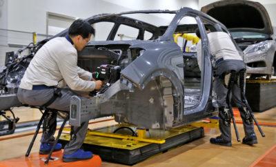 """• Η ομάδα ρομποτικής της Hyundai αναπτύσσει τεχνολογικά τρεις τομείς της ρομποτικής: φορητά ρομπότ, ρομπότ υπηρεσιών και micro-mobility • Τα βιομηχανικά ρομπότ Hyundai Exoskeleton (H-VEX) και Chairless Exoskeleton (H-CEX) αυξάνουν την αποδοτικότητα και προλαμβάνουν τα εργατικά ατυχήματα Το Hyundai Motor Group επενδύει περαιτέρω στη ρομποτική βιομηχανία του μέλλοντος ξεκινώντας την ανάπτυξη των νέων εξωσκελετικών γιλέκων H-VEX (Hyundai Vest Exoskeleton). Μετά την εφαρμογή της εξωσκελετικής καρέκλας H-CEX (Ηyundai Chairless Exoskeleton) που πραγματοποιήθηκε τον περασμένο Αύγουστο στο εργοστάσιο των Hyundai-KIA στη Βόρεια Αμερική, η εταιρεία σχεδιάζει να εξετάσει την επιτυχημένη απόδοση του H-VEX μέσω εκτεταμένων δοκιμών. Στις αρχές του 2018, η Hyundai δημιούργησε μια ομάδα ρομποτικής στα κεντρικά γραφεία στρατηγικής τεχνολογίας της για να επικεντρωθεί στην ανάπτυξη σχετικών τεχνολογιών και να επεκτείνει τη συνεργασία της με συναφείς τομείς. Ο Dr. Youngcho Chi, Executive Vice President του Strategy & Technology Division και Chief Innovation Officer του Hyundai Motor Group δήλωσε: """"Ο τομέας της ρομποτικής όχι μόνο προσφέρει λύσεις μελλοντικής κινητικότητας αλλά και εναλλακτικές λύσεις για την μείωση της καταπόνησης του ανθρώπινου σώματος κατά την παραγωγική διαδικασία. Η Hyundai σχεδιάζει να χρησιμοποιήσει την εκτεταμένη τεχνολογική βάση δεδομένων της που συλλέγει τεχνογνωσία από την παραγωγή αυτόνομων οχημάτων για να οδηγήσει με επιτυχία την εταιρεία στον τομέα της ρομποτικής."""" Η πρώτη εξωσκελετική καρέκλα H-CEX, που αναπτύχθηκε για βιομηχανική χρήση, ζυγίζει μόλις 1,6 κιλά, είναι εξαιρετικά ανθεκτική και μπορεί να αντέξει βάρος μέχρι 150 κιλά. Βοηθά στη διατήρηση της θέσης του εργαζομένου και μπορεί να εξοπλιστεί εύκολα με ζώνες μέσης, μηρών και γονάτων και να προσαρμοστεί στο ύψος του χρήστη. Διαθέτει επίσης τρεις διαφορετικές ρυθμίσεις γωνίας (85/70/55). Μαζί με την H-CEX, η Hyundai σχεδιάζει να εφαρμόσει το εξωσκελετικό γιλέκο H-VEX στα εργοστάσια της Βόρειας Αμερι"""