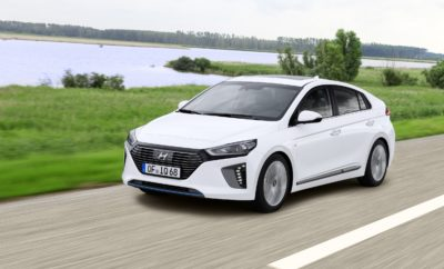 "Η Hyundai κατακτά το ""Auto Trophy 2018"" ως η πιο καινοτόμος μάρκα • Το Γερμανικό περιοδικό αυτοκινήτου ""Auto Zeitung"" βράβευσε την Hyundai Motor ως την ""πιο καινοτόμο μάρκα"" • Η κριτική επιτροπή αναγνώρισε την ηγετική θέση της Hyundai σε τεχνολογικό επίπεδο και την ευρεία γκάμα μοντέλων της μάρκας με εναλλακτικά συστήματα κίνησης • Η Hyundai είναι η πρώτη μάρκα που προσφέρει στους πελάτες της υβριδικά, plug-in υβριδικά, ηλεκτρικά και κυψελών καυσίμου οχήματα Η Hyundai Motor κατέκτησε το διάσημο βραβείο ""Auto Trophy 2018"", όπου οι εκδότες του γερμανικού περιοδικού αυτοκινήτων Auto Zeitung επέλεξαν τη Hyundai ως την ""πιο καινοτόμο μάρκα"". Το διάσημο βραβείο υπογραμμίζει τη φιλοδοξία της μάρκας να παίξει ηγετικό ρόλο στη μελλοντική κινητικότητα και να προσφέρει ένα ευρύ φάσμα φιλικών προς το περιβάλλον οχημάτων. ""Η Κορεατική μάρκα κατασκευάζει τα πάντα, από τα σπορ compact στα υβριδικά, τα ηλεκτρικά οχήματα ή ακόμη και το κυψελών καυσίμου NEXO"", έγραψε ο κ. Volker Koerdt, Αρχισυντάκτης της Auto Zeitung, σχετικά με τις πρωτοποριακές τεχνολογίες της Hyundai στο τεύχος Νοεμβρίου 2018. Η Hyundai έχει ήδη κορυφαία θέση στη μελλοντική κινητικότητα και εξακολουθεί να είναι ο μοναδικός κατασκευαστής που διαθέτει όλα τα συστήματα κίνησης σε ευρεία παραγωγή. Το προοδευτικό πνεύμα μας αντικατοπτρίζεται επίσης στην παγκόσμια στρατηγική βιωσιμότητας για το λανσάρισμα 18 νέων οικολογικών μοντέλων μέχρι το 2025, που περιλαμβάνουν οκτώ (8) υβριδικά, τέσσερα (4) plug-in υβριδικά, πέντε (5) ηλεκτρικά οχήματα και ένα ηλεκτρικό όχημα κυψελών καυσίμου "", δήλωσε ο κ. Andreas-Christoph Hofmann, Vice President Marketing & Product της Hyundai Motor Europe. ""Είμαστε πολύ ικανοποιημένοι με το γεγονός ότι η Auto Zeitung εκτιμά τη στρατηγική και την επιτυχία μας βραβεύοντάς μας ως την πιο καινοτόμο μάρκα"". Το Hyundai IONIQ, είναι το πρώτο αυτοκίνητο σε παγκόσμιο επίπεδο που διατίθεται με τρεις ηλεκτροκινητήρες σε έναν τύπο αμαξώματος - Υβριδικό, Plug-in και Ηλεκτρικό - καθιστώντας την φιλική προς "