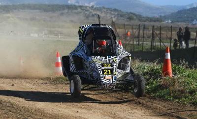 """Εντυπωσιακή εμφάνιση για την Planet Kart Cross Greece στο EKO Racing Dirt Games Grand Final Αθήνα, Κυριακή 9 Δεκεμβρίου 2018 - Με τον καλύτερο τρόπο ολοκληρώθηκε η αγωνιστική χρονιά για την Planet Kart Cross Greece, καθώς οι Στέφανος Καμιτσάκης και Παναγιώτης Καϊτατζής κατέκτησαν την 1η και 2η θέση στις χωμάτινες φόρμουλες, στην κλάση των 600 κ.εκ., ενώ το πρωί παρουσιάστηκε το νέο όχημα της ομάδας, Kamikaz 3! Το Αυτοκινητοδρόμιο Μεγάρων φιλοξένησε τον τελευταίο γύρο του EKO Racing Dirt Games 2018, στις 8-9 Δεκεμβρίου. Ο αγώνας που διοργανώθηκε από το Αθλητικό Σωματείο """"Start Line"""" είχε γιορτινό χαρακτήρα και προσέλκυσε συνολικά 54 συμμετέχοντες, οι οποίοι αγωνίστηκαν σε ειδικά διαμορφωμένη μικτή διαδρομή μήκους 2,1 χιλιομέτρων. Από αυτούς, οι 35 οδηγοί έλαβαν μέρος στην κατηγορία με τις χωμάτινες φόρμουλες, που φέτος παρουσίασε έντονο συναγωνισμό και πολύ θέαμα. Παρουσίαση Kamikaz 3 Γιορτινό ήταν το κλίμα και στις τάξεις της Planet Kart Cross Greece, ενόψει της τελευταίας συνάντησης για το 2018. Λίγη ώρα πριν ξεκινήσει το καθαρά αγωνιστικό κομμάτι, το πρωί της Κυριακής 9 Δεκεμβρίου, παρουσιάστηκε στον χώρο σέρβις της ομάδας το νέο Kamikaz 3, με το οποίο θα αγωνιστεί η ομάδα την επόμενη χρονιά. Η τεχνολογικά αναβαθμισμένη χωμάτινη φόρμουλα που έχει την έγκριση προδιαγραφών της Διεθνούς Ομοσπονδίας Αυτοκινήτου (FIA) προσέλκυσε τα βλέμματα και αναμένεται να βρεθεί μεταξύ των πρωταγωνιστών, κατά τη διάρκεια της επόμενης αγωνιστικής σεζόν. Η εξέλιξη του αγώνα Εκτός από την παρουσίαση του Kamikaz 3 όμως, το ενδιαφέρον ήταν μεγάλο και σε καθαρά αγωνιστικό επίπεδο. Την Planet Kart Cross Greece εκπροσώπησαν 4 αθλητές (Σπύρος Ράπτης, Στέφανος Καμιτσάκης, Άρης Ιαβέρης, Παναγιώτης Καϊτατζής) οι οποίοι μοιράστηκαν δύο Kamikaz 2 στην, ιδιαίτερα ανταγωνιστική, κλάση των 600 κ.εκ. Υπενθυμίζεται, ότι κάθε οδηγός είχε δικαίωμα για 4 χρονομετρημένες προσπάθειες, εκ των οποίων στο τελικό αποτέλεσμα προσμέτρησαν οι 3 καλύτεροι χρόνοι. Μετά από εξαιρετικό αγώνα, κατά τον οποίο συνδύασε """