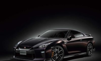"""Η Nissan θα κατασκευάσει μια ειδική έκδοση του GT-R, για να τιμήσει την συνεργασία της με τη Naomi Osaka. Το περιορισμένης έκδοσης μοντέλο, θα είναι διαθέσιμο σε τρία χρώματα. Η Nissan θα ανοίξει το """"βιβλίο"""" παραγγελιών για μια ειδική έκδοση του Nissan GT-R, με σκοπό να τιμήσει την συνεργασία της με την πρωταθλήτρια του τένις στο Grand Slam, Naomi Osaka. Για την περίσταση, η Nissan σχεδιάζει να κατασκευάσει έως και 50 αυτοκίνητα, με εξατομικευμένες προδιαγραφές που βασίζονται στην έκδοση Premium του Nissan GT-R. To μοντέλο θα προσφέρεται με τρεις επιλογές χρώματος : Midnight Opal, Brilliant White Pearl και Meteor Flake Black Pearl. Η Osaka, η οποία """"χρίστηκε"""" πρέσβειρα της Nissan, λίγες μέρες αφότου κατέκτησε το πρώτο της πρωτάθλημα στο Grand Slam, συνέδραμε στην επιλογή των σχεδίων για τα χρώματα της ειδικής έκδοσης του GT-R. Για το αναμνηστικό μοντέλο, έχουν αναπτυχθεί τρία νέα σχέδια χρωμάτων και μπορούν να συνδυαστούν με οποιοδήποτε από τα χρώματα του αμαξώματος. Το αυτοκίνητο έρχεται με στοπ φώτα LED υψηλής στάθμης, στην πίσω ανθρακονημάτινη αεροτομή, καθώς και με μια χρυσή """"ταυτότητα"""" πλαισίου στον κινητήρα. Οι τιμές για το συγκεκριμένο supercar, που θα πωληθεί αποκλειστικά στην Ιαπωνία, θα ανακοινωθούν τον επόμενο μήνα."""