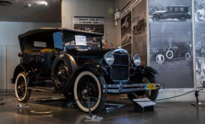 """Μία ανάσα πριν από τα φετινά Χριστούγεννα η Ford Motor Ελλάς προσκάλεσε τους μαθητές του Τεχνικού Λυκείου Σαλαμίνας σε μία μαγική βόλτα στο Ελληνικό Μουσείο Αυτοκινήτου, στο κέντρο της Αθήνας. Ο στόχος ήταν να γνωρίσουν οι μηχανολόγοι του μέλλοντος την ιστορία της αυτοκίνησης μέσα από τα μοναδικά εκθέματα αυτού του μουσείου. Κατά το θερμό καλωσόρισμα των μαθητών από τους ανθρώπους της Ford Motor Ελλάς και τον απαραίτητο χρόνο για τις πρώτες συστάσεις, ήταν φανερό πως το ενδιαφέρον των παιδιών μονοπωλούσε ο επιβλητικός χώρος του μουσείου. Μέσα στους τρεις ορόφους του ιδιαίτερου κτηρίου όπου στεγάζεται, μπορεί κανείς να βρεθεί δίπλα σε σπάνια ιστορικά μοντέλα, αλλά και σύγχρονα υπεραυτοκίνητα και να ανακαλύψει βήμα - βήμα την γέννηση και την εξέλιξη αυτής της απίστευτης εφεύρεσης που άλλαξε τον κόσμο μας. Ένα από τα μοντέλα που βρίσκονται στο Ελληνικό Μουσείο Αυτοκινήτου είναι το Ford Model """"Ν"""", το τρίτο κατά σειρά αυτοκίνητο που κατασκεύασε η Ford Motor Company (1906-1908) με σημαντικά αυξημένη παραγωγή (13.250 μονάδες) σε σχέση με το δεύτερο κατά σειρά Model """"F"""" (1905-1906 / 1.000 μονάδες). Το πρώτο αυτοκίνητο που η Ford Motor Company κατασκεύασε ήταν το Model """"C"""" (1904-1905 / 800 μονάδες). Το model """"N"""" εκτίθεται στο Μουσείο σε έκδοση διθέσιου 'Runabout'. Είναι παραγωγής του 1906, διαθέτει τετρακύλινδρο κινητήρα 15 ίππων που είναι τοποθετημένος επάνω σε ελαφρύ αλλά εύρωστο σασί. Ακολούθησαν τα μοντέλα """"R"""", """"S"""", """"T"""", """"A"""" & """"B"""". To Model """"T"""" (1908-1927) κατείχε το ρεκόρ παραγωγής με 15,000,000 μονάδες. Το συγκεκριμένο Model """"N"""" αποκτήθηκε από το Μουσείο μέσω δημοπρασίας στην Μεγάλη Βρετανία. Έτος κατασκευής: 1906 - Τύπος κινητήρα: 4 σε σειρά/2,442cc - Ισχύς κινητήρα: 6.3bhp / 2,200rpm - Τελική ταχύτητα: 64 km/h - Μονάδες παραγωγής: 13,250 Μία εξέλιξη που σίγουρα θα ήταν πολύ διαφορετική αν ο ιδρυτής της φίρμας με το μπλε οβάλ Henry Ford, δεν είχε πρωτοτυπήσει ενσωματώνοντας για πρώτη φορά στο εργοστάσιο κατασκευής του την γνωστή «γραμμή παραγωγής», όπου τα αυτοκίνητα """