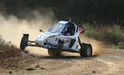 """H Planet Kart Cross Greece φιλοδοξεί να κλείσει την πρώτη της χρονιά στα Dirt Games με τον καλύτερο δυνατό τρόπο, αφού εκτός από τη συμμετοχή 4 οδηγών με 2 buggies Kamikaz 2 στον τελευταίο αγώνα της σεζόν, θα παρουσιάσει και το Kamikaz 3, crosskart με το οποίο θα συμμετάσχει στο θεσμό το 2019. Ο αγώνας Η αυλαία του EKO Racing Dirt Games 2018 θα πέσει στις 8-9 Δεκεμβρίου στο Αυτοκινητοδρόμιο Μεγάρων, με έναν αγώνα που θα διεξαχθεί σε ειδικά διαμορφωμένη, μικτή διαδρομή, μήκους 2,1 χιλιομέτρων. Ο θεσμός που συγκεντρώνει ολοένα και περισσότερο το ενδιαφέρον θεατών και συμμετεχόντων, θα ολοκληρωθεί για φέτος με έναν αγώνα που διοργανώνεται από το Αθλητικό Σωματείο Start Line και συγκέντρωσε 54 συμμετοχές, οι 35 από τις οποίες ανήκουν σε οχήματα kartcross. Η Planet Kart Cross Greece, η οποία έκανε αμέσως αισθητή την παρουσία της στο θεσμό, καθώς οι αθλητές της έχουν διεκδικήσει νίκες και θέσεις στο βάθρο κάθε αγώνα που έλαβαν μέρος, θα ολοκληρώσει τη φετινή της προσπάθεια στη φιέστα των Μεγάρων, με τη συμμετοχή 4 οδηγών. Πιο συγκεκριμένα, τα δύο buggies """"Kamikaz 2"""" των 600 κ.εκ. θα μοιραστούν οι Άρης Ιαβέρης, Σπύρος Ράπτης και Στέφανος Καμιτσάκης, Παναγιώτης Καϊτατζής αντίστοιχα, οι οποίοι θα συμμετάσχουν στην αντίστοιχη επιμέρους κλάση, διεκδικώντας τη νίκη απέναντι σε ιδιαίτερα αξιόλογους αντιπάλους. Μάλιστα, οι Στέφανος Καμιτσάκης, Παναγιώτης Καϊτατζής και Άρης Ιαβέρης διεκδικούν μια θέση στο βάθρο της τελικής βαθμολογίας του Κυπέλλου, για το 2018. Η Planet Kart Cross Greece ευχαριστεί θερμά τους Χορηγούς της (InterMed, RiSE Motors, Platon World School, Cosmote TV, Raptis Real Estate, Ιaveris Rally Academy), δίχως την πολύτιμη συμβολή των οποίων, η συμμετοχή στο Dirt Games 2018 θα ήταν σαφώς πιο δύσκολη. Παρουσίαση του Kamikaz 3 Εκτός από το καθαρά αγωνιστικό κομμάτι όμως, ο αγώνας του Σαββατοκύριακου έχει ξεχωριστή σημασία για την Planet Kart Cross Greece και για ακόμη έναν λόγο. Όσοι βρεθούν στην πίστα την Κυριακή 9 Δεκεμβρίου, θα έχουν την ευκαιρία να παρακολουθήσο"""