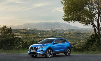 """Το Nissan QASHQAI """"πατάει γκάζι"""", με έναν ολοκαίνουργιο 1.3 λίτρων κινητήρα βενζίνης. Το Nissan QASHQAI, τώρα διαθέσιμο με έναν ολοκαίνουργιο βενζινοκινητήρα 1,3 λίτρων, που ενισχύει περαιτέρω τις επιδόσεις του. Ο εξαιρετικής απόδοσης νέος κινητήρας, ο οποίος διατίθεται σε δύο εκδόσεις ισχύος 140PS και 160PS αντίστοιχα, προσφέρει μειωμένη κατανάλωση καυσίμου και χαμηλότερες εκπομπές CO2. Ειδικότερα, η έκδοση των 160PS διατίθεται και σε συνδυασμό με ένα νέο, επτατάχυτο κιβώτιο ταχυτήτων διπλού συμπλέκτη (DCT), όντας η πρώτη φορά που ένα τέτοιο σύστημα κάνει το ντεμπούτο του σε ένα μοντέλο Nissan. H συγκεκριμένη έκδοση, παρέχει μια πιο σπορ και πιο άμεση δυναμική εμπειρία οδήγησης, βελτιωμένη απόδοση στην εκκίνηση από στάση, καθώς και βέλτιστη γραμμική απόδοση της ισχύος. Υπάρχουν τρεις εκδόσεις του νέου κινητήρα 1.3 λίτρων : 140PS και 160PS με εξατάχυτο χειροκίνητο κιβώτιο, καθώς και 160PS με κιβώτιο DCT επτά σχέσεων. Οι τιμές της ροπής είναι 240 Nm για την πρώτη έκδοση, 260 Nm για τη δεύτερη και αντίστοιχα 270 Nm για το DCT. Όλες οι εκδόσεις είναι προσθιοκίνητες και ανταποκρίνονται στο νέο πρότυπο εκπομπών Euro 6d-Temp. """"Η διάθεση του νέου αυτού κινητήρα των 1,3 λίτρων, είναι η σωστή απάντηση στις μεταβαλλόμενες συνθήκες της αγοράς, ικανοποιώντας τη αγοραστική ζήτηση για ένα εξαιρετικά αποτελεσματικό βενζινοκινητήρα που προσφέρει εξαιρετική οδηγική απόδοση και κατανάλωση καυσίμου"""", δήλωσε ο Jean-Philippe Roux, γενικός διευθυντής Crossover, της Nissan Europe. Οι τρεις αυτές εκδόσεις του κινητήρα 1,3 λίτρων, αντικαθιστούν άμεσα τους βενζινοκινητήρες 1,2 λίτρων με 115PS (χειροκίνητου και CVT κιβωτίου) και 1,6 με 163PS. Παράλληλα με τη μειωμένη κατανάλωση καυσίμου και τις χαμηλότερες εκπομπές CO2, ο νέος κινητήρας προσφέρει μια πιο ομαλή απόκριση σε χαμηλές στροφές, πιο έντονη επιτάχυνση και πιο γρήγορους / ασφαλέστερους χειρισμούς κατά την προσπέραση. Η βελτιωμένη απόδοση έρχεται χάρη σε μια θεμελιώδη αναδιαμόρφωση στον σχεδιασμό του κινητήρα, σε σύγκριση με τα προηγού"""