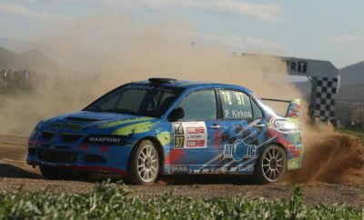 Η τελευταία στροφή! Ο τελευταίος γύρος του EKO Racing Dirt Games για το 2018 βρίσκεται προ των πυλών, και 54 οδηγοί θα δώσουν το «παρών» στο Αυτοκινητοδρόμιο Μεγάρων, σε έναν αγώνα που αναμένεται να είναι γιορτή για το μηχανοκίνητο αθλητισμό στη χώρα μας. Η πέμπτη συνάντηση της χρονιάς συνοδεύεται και από ένα σημαντικό ρεκόρ, αφού στη λίστα των συμμετοχών συναντάμε 35 συμμετέχοντες με χωμάτινες φόρμουλες, τις περισσότερες από κάθε άλλον αγώνα του θεσμού τα δύο τελευταία χρόνια. Μάλιστα, ιδιαίτερα σημαντικό είναι το γεγονός ότι ανάμεσα στα 19 αυτοκίνητα που θα λάβουν μέρος στον αγώνα συμπεριλαμβάνονται μερικά από τα σπουδαιότερα ονόματα των ελληνικών αγώνων! Το Σάββατο 8 Δεκεμβρίου, όσοι από τους 54 συμμετέχοντες επιθυμούν, θα έχουν τη δυνατότητα να δοκιμάσουν τα αυτοκίνητά τους και να προετοιμαστούν ενόψει του αγώνα της Κυριακής, λαμβάνοντας μέρος στο trackday που θα πραγματοποιηθεί στη μικτή διαδρομή των 2,1 χιλιομέτρων. Όμως, όλα τα βλέμματα και το ενδιαφέρον θα είναι στραμμένα στις μάχες των τίτλων στις κατηγορίες των 600 και των 750 κ.εκ. στις χωμάτινες φόρμουλες, που θα διεξαχθούν την Κυριακή, αρχής γενομένης από τις 10 π.μ. Και στις δύο περιπτώσεις όλα είναι ανοιχτά, και ουσιαστικά θα πρέπει να περιμένουμε μέχρι την Κυριακή το μεσημέρι για να μάθουμε τους νικητές της χρονιάς. Στην κατηγορία των 600 κ.εκ., που για ακόμα μία φορά είναι η πολυπληθέστερη του αγώνα με 22 συμμετοχές, το Κύπελλο θα κριθεί ανάμεσα στους Γιώργο Ζυμαρίδη και Γιάννη Χεκιμιάν με SR Kartcross και Speedcar Xtrem, αντίστοιχα. Οι δυο τους θα δώσουν σπουδαία μάχη, με τον Ζυμαρίδη να έχει το προβάδισμα για την κατάκτηση του Κυπέλλου. Όμως, ο αγώνας των Μεγάρων για τα 600 κ.εκ. αναμένεται να είναι ο πλέον αμφίρροπος, αφού συναντάμε μία σειρά από οδηγούς που μοιάζουν ικανοί για τη νίκη, αλλά και για μία θέση στο βάθρο. Τέτοιοι είναι οι μετρ της πίστας Τάκης Καϊτατζής και Στέφανος Καμιτσάκης με Kamikaz 2, αλλά και ο ταχύτατος σε κάθε είδους επιφάνεια Άρης «Ιαβέρης» με ακόμα ένα Kamikaz 2. Σε αυτού