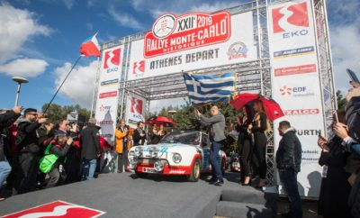 Την Τετάρτη το μεσημέρι, ένα SKODA 130 RS πήρε εκκίνηση κάτω από τον Ιερό Βράχο της Ακρόπολης, συμμετέχοντας στο 22ο Ιστορικό Ράλι Μόντε Κάρλο 2019. Η Αθήνα, μετά από «διάλειμμα» 44 ετών είναι και πάλι ανάμεσα στις πόλεις που φιλοξενούν εκκίνηση του πιο εμβληματικού ίσως ράλι στο καλεντάρι των ιστορικών αγώνων. Και η ČK Motorsport, η ομάδα από την Τσεχία στην οποία ανήκει το 130 RS, τιμώντας τη χώρα μας αλλά και τη δημοφιλία που έχει η SKODA στην Ελλάδα, επέλεξε την Αθήνα για την εκκίνηση του αγώνα τους. Η Ελλάδα όμως, επελέγη και για έναν ακόμα λόγο: Το πρώτο SKODA που συμμετείχε σε «κανονικό» Ράλι Μόντε Κάρλο, το μακρινό 1936, είχε ξεκινήσει πάλι από την Αθήνα! Πλήρωμα του 130 RS που συμμετέχει στον εφετινό αγώνα, οι έμπειροι σε αγώνες του είδους, Κάρελ Μαχ και Γιαν Μπλάχα, οι οποίοι συμμετέχουν στο συγκεκριμένο αγώνα για 7η φορά. Το εξαιρετικά συντηρημένο SKODA 130 RS του '76, έφτασε στη χώρα μας το απόγευμα της Δευτέρας. Βρήκε φιλόξενη στέγη στις εγκαταστάσεις της SKODA ΜΑΚΡΗΣ, στη Νέα Ιωνία. Ένας γρήγορος μηχανολογικός έλεγχος από τους μηχανικούς της εταιρείας, είχε περισσότερο χαρακτήρα απότισης φόρου τιμής, σε μία από τις πλέον χαρακτηριστικές σιλουέτες των αγώνων ράλι μιας άλλης εποχής, παρά ελέγχου αυτού καθαυτού, μια και το αυτοκίνητο είναι σε άψογη κατάσταση. Την επομένη το πρωί, το 130 RS ήταν στη διάθεση δημοσιογράφων, πελατών αλλά και απλών φίλων της μάρκας, να το δουν από κοντά και να θυμηθούν τις πολλές επιτυχίες που έχει σημειώσει η SKODA στο μηχανοκίνητο αθλητισμό, στα 118 χρόνια ιστορίας της. Μάλιστα, το έφεραν έτσι οι συγκυρίες, ώστε ο ερχομός του 130 RS να συμπίπτει χρονικά με το λανσάρισμα της νέας FABIA στην Ελλάδα και ιδιαίτερα της έκδοσης Monte Carlo. Τι πιο φυσικό λοιπόν, από το να τοποθετηθεί το 130 RS ανάμεσα σε FABIA Monte Carlo αλλά και τις γνώριμες FABIA που συμμετέχουν στο πρωτάθλημα Ενιαίου του ΣΟΑΑ. Την εκδήλωση τίμησε με την παρουσία του η Αυτού Εξοχότης, Πρέσβυς της Τσεχίας στην Ελλάδα, κ. Γιαν Μπρόντυ. ΣΗΜΕΙΩΣΗ ΣΥΝΤΑΚΤΗ Μετά την 