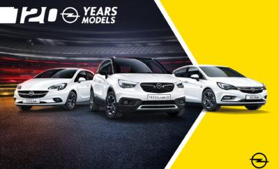 """Νέα καμπάνια 3600 σηματοδοτεί το ξεκίνημα της επετειακής χρονιάς της Opel Διαφημίσεις στην τηλεόραση και τα social media με τις ειδικές εκδόσεις """"120 Years"""" 120 χρόνια καινοτόμων τεχνολογιών από την Opel Η Opel γιορτάζει 120 χρόνια στην παραγωγή αυτοκινήτων και την καινοτομία το 2019. Η κατασκευάστρια εταιρία αυτοκινήτων ξεκινά τους εορτασμούς εκφράζοντας τις ευχαριστίες της στους πελάτες της στην Ευρώπη, με μία νέα διαφημιστική καμπάνια 3600: """"Opel. Born in Germany. Made for us all"""". «Η νέα καμπάνια μας δείχνει με ποιο τρόπο η Opel ήταν ανέκαθεν σε θέση να προσφέρει καινοτόμες τεχνολογίες» δήλωσε ο Tobias Gubitz, Διευθυντής Στρατηγικής Μάρκας και Επικοινωνιών Marketing. «Βρισκόμαστε πολύ κοντά στους πελάτες μας, ανεξάρτητα από τη χώρα που προέρχονται. Κάθε περιοχή έχει τις δικές της προκλήσεις και αυτές ρέουν στην εξέλιξη των αυτοκινήτων μας.» Γερμανική, προσιτή και συναρπαστική – αυτές είναι οι αξίες που χαρακτηρίζουν τη μάρκα Opel σε όλη την Ευρώπη. Γερμανική μηχανολογία, σχεδίαση γεμάτη πάθος, αλλά και πρακτικές τεχνολογίες και συστήματα υποστήριξης που κάνουν την οδήγηση πιο ξεκούραστη. Ευρωπαϊκές ιδέες και Γερμανική μηχανολογία Στις νέες διαφημίσεις της, η Opel ευχαριστεί την Eυρώπη για τους σκοτεινούς χειμώνες, τους πολυάριθμους τρόπους μετακίνησης, τους ανώμαλους δρόμους και τους στενούς χώρους στάθμευσης που την έχουν εμπνεύσει να αναπτύξει τόσο ξεχωριστά αυτοκίνητα. Η εταιρία έχει αντιμετωπίσει αυτές τις προκλήσεις με τους προβολείς IntelliLux LED matrix του Astra και του Insignia, συστήματα πλοήγησης και infotainment συμβατά με Apple CarPlay και Android Auto, εργονομικά καθίσματα πιστοποιημένα από το AGR και το πολύ ελαφρύ σύστημα διεύθυνσης με λειτουργία City-mode. Η νέα καμπάνια, που αναπτύχθηκε με το πρακτορείο McCann Frankfurt, ξεκίνησε στην Ελλάδα στις 5 Ιανουαρίου, σε τηλεόραση, έντυπα και social media. Ειδικές εκδόσεις """"120 Years"""" Οι επετειακοί εορτασμοί συμπληρώνονται από εκδόσεις μοντέλων """"120 Years"""" . Αυτές οι ειδικές εκδόσεις των Opel Corsa, As"""