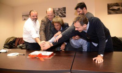 Σε μια πολύ όμορφη βραδιά με χαμόγελα και χιούμορ, έκοψαν την πρωτοχρονιάτική πίτα τους οι οδηγοί αγώνων στην ετήσια γιορτή του Σ.Ο.Α.Α., η οποία πραγματοποιήθηκε στο γραφεία του Συνδέσμου στον Πειραιά. Με μια κίνηση του Προέδρου του Σ.Ο.Α.Α., Μάριου Ηλιόπουλου, με πολλούς συμβολισμούς και αποδέκτες και τα επτά μέλη του Δ.Σ. έκοψαν με ενωμένα τα χέρια την πρωτοχρονιάτικη πίτα. Παρόντες στην εκδήλωση ήταν περισσότεροι από 100 οδηγοί και άνθρωποι των αγώνων οι οποίοι χειροκρότησαν τους πρωταγωνιστές του SEAJETS ΣΟΑΑ Ενιαίου Skoda κατά την απονομή των κυπέλλων και αναμνηστικών τους. Οι Μίλτος Κύρκος, Γιάννης Χαραλαμπόπουλος και Φίλιππος Καλέσης για την Γενική κατάταξη, καθώς και οι Χαραλαμπόπουλος, Καλέσης και Κυρλαγκίτσης για τους Νέους, παρέλαβαν μαζί με τους υπόλοιπους οδηγούς τα τρόπαια του 2018 καθώς και τα χρηματικά έπαθλα, όπως έχει ορίσει η χορηγός εταιρεία SEAJETS. Το «παρών» έδωσαν ο Πρόεδρος της ΟΜΑΕ, Δημήτρης Μιχελακάκης, καθώς και ο αναπληρωτής Γενικός Γραμματέας, Νίκος Πασσαλής. Ενώ την εκδήλωση τίμησε και φέτος ο Ολυμπιονίκης της άρσης βαρών, Νίκος Ηλιάδης. Στην ομιλία του ο Πρόεδρος του Συνδέσμου, Μάριος Ηλιόπουλος τόνισε πως στόχος όλων των οδηγών είναι το καλύτερο μέλλον των ελληνικών αγώνων το οποίο αφορά ατομικές αλλά και ομαδικές ενέργειες και θα έρθει μέσα από συλλογική προσπάθεια των οδηγών αλλά και των θεσμών ταυτόχρονα. Απευθυνόμενος στον Πρόεδρο της ΟΜΑΕ, ανέφερε πως πρέπει να προχωρήσουμε και να καλύψουμε τα θέματα στα οποία έχουμε μείνει πίσω και αυτό χρειάζεται ουσιαστική κινητήριο δύναμη από τον ΣΟΑΑ και την ΟΜΑΕ, στα θέματα ασφάλειας, ποιότητας και προβολής.
