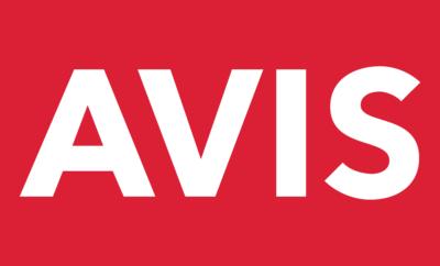 H Avis, η μεγαλύτερη εταιρία ενοικίασης αυτοκινήτων στην Ελλάδα, έκλεισε το 2018 με εξαιρετικά αποτελέσματα, ενισχύοντας περαιτέρω την ηγετική της θέση στην αγορά και αποδεικνύοντας στην πράξη την αναπτυξιακή τροχιά που διαγράφει τα τελευταία χρόνια. Συγκεκριμένα, ο κύκλος εργασιών της Avis για το 2018 έκλεισε στα €180 εκατομμύρια με κέρδη προ φόρων, τόκων και αποσβέσεων (EBITDA) στα €82,05 εκατομμύρια και κέρδη προ φόρων (PBT) στα €27,18 εκατομμύρια, σημειώνοντας ρεκόρ σε όλους τους τομείς δράσης της. Χάρις στην υψηλή κερδοφορία και την αξία της επιχείρησης, η Avis διακρίνεται σταθερά και σε διεθνές επίπεδο, καθώς κατατάσσεται στο Top 5% σε σύνολο 1.000 περίπου ομοειδών επιχειρήσεων στην Ευρώπη, σύμφωνα με στοιχεία της Plimsoll Analysis. Η εξαιρετικά αναπτυξιακή πορεία της Avis, η οποία από το 1960 παρέχει υψηλού επιπέδου οδηγικές εμπειρίες στην ελληνική αγορά, υπογράφεται από την προσήλωση της Εταιρίας στην απόλυτη ικανοποίηση των πελατών της, η οποία προϋποθέτει τη συνεχή αναβάθμιση των υποδομών και των συστημάτων της. Αναλυτικότερα, μέσα στο 2018, η Avis προχώρησε σε επενδύσεις υποδομών ύψους €200 εκατομμυρίων, δίνοντας έμφαση στη διαρκή ανανέωση του στόλου της, ο οποίος σήμερα φτάνει τα 35.000 οχήματα, αλλά και των συστημάτων της. Αξίζει να σημειωθεί ότι την προηγούμενη χρονιά η Avis προχώρησε στην αγορά 10.000 νέων οχημάτων, αριθμός που αναλογεί περίπου στο 10% των ταξινομήσεων της ελληνικής αγοράς. Δίνοντας έμφαση στην υψηλή ποιότητα των παρεχόμενων υπηρεσιών της, η Avis διακρίθηκε στην αγορά ως η Εταιρία με την υψηλότερη αξία για τους πελάτες (best-value-for-money) επιτυγχάνοντας για μια ακόμη χρονιά τον υψηλότερo δείκτη ικανοποίησης των πελατών της σε σχέση με τους ανταγωνιστές της στην Ελλάδα (ετήσια έρευνα TNS, επίτευξη 83%) και μεταξύ των 5 πρώτων χωρών στην περιοχή ΕΜΕΑ. Ως αποτέλεσμα, η Avis αύξησε κατά 20% τους πελάτες της στις υπηρεσίες μακροχρόνιων μισθώσεων (Leasing) και πέτυχε εντυπωσιακές επιδόσεις στις υπηρεσίες βραχυχρόνιων μισθώσεων (Rent a Ca