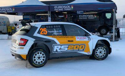 Με ένα Skoda Fabia R5 βαμμένο στα χρώματα της RS200 Motor Oil συμμετείχε στο Ράλλυ Αρκτικής το διήμερο 25 και 26 Ιανουαρίου ο Γιάννης Παπαδημητρίου που επέστρεψε μετά από αρκετά χρόνια σε χιονισμένο τερέν. Ο συγκεκριμένος αγώνας είναι από τους αγαπημένους του Έλληνα πρωταθλητή, καθώς έχει αγωνιστεί εκεί 6 φορές στο παρελθόν, όμως φαίνεται ότι δεν τον «θέλει» μετρώντας μόλις έναν τερματισμό όλα αυτά τα χρόνια. Το Ράλλυ Αρκτικής δεν τον «ήθελε» ούτε φέτος καθώς στην τρίτη ειδική διαδρομή του χιονισμένου αγώνα βγήκαν με τον πολύπειρο συνοδηγό του Michael Orr από το δρόμο και εγκατέλειψαν άδοξα την προσπάθεια τους. Μέχρι τότε, ο Παπαδημητρίου πραγματοποίησε ενθαρρυντικούς χρόνους, έχοντας να αντιμετωπίσει μια πλιάδα τοπικών οδηγών, σαφώς με περισσότερες εμπειρίες σε τέτοιου είδους επιφάνεια. Ένας 14ος χρόνος στην πρώτη ειδική και ένας 13ος στη δεύτερη, σε σύνολο 106 πληρωμάτων μεταξύ των οποίων 25 με αυτοκίνητα κατηγορίας R5, είναι ότι κατάφερε να δείξει ο Έλληνας οδηγός. Η συνέχεια, δεν ήταν ανάλογη, καθώς στην τρίτη δοκιμασία του αγώνα, το πλήρωμα είχε έξοδο, με αποτέλεσμα να κολλήσει στο χιόνι και να αποχωρήσει πρόωρα από το Ράλλυ Αρκτικής. Ο Γιάννης Παπαδημητρίου σχεδιάζει να αγωνιστεί και σε άλλα ράλλυ εκτός συνόρων, πάντοτε με την υποστήριξη της RS200 Motor Oil και ελπίζουμε να τον βλέπουμε εν δράσει όσο συχνότερα γίνεται!