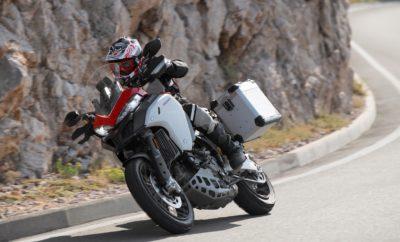 """H Ducati εντυπωσιάζει στην έκθεση τεχνολογίας """"CES 2019"""" στο Las Vegas • Η Ducati οδηγεί την έρευνα και εξέλιξη για τη μεγιστοποίηση της ασφάλειας στις μοτοσικλέτες • Η Multistrada 1260 πρωταγωνιστεί στην επίδειξη της τεχνολογίας ConVeX (Connected Vehicle to Everything) στην έκθεση τεχνολογίας """"CES 2019"""" (Consumer Electronics Show 2019) • Η Ducati, σε συνεργασία με τις Audi AG και Ford Motor Company, καθορίζει το τεχνολογικό πλαίσιο για ένα πιο ασφαλές μέλλον στον κόσμο των δύο τροχών Η Ducati πρωτοπορεί στην έρευνα σε θέματα ασφάλειας για τους δικυκλιστές. Στην ετήσια έκθεση τεχνολογίας """"CES 2019"""" (Consumer Electronics Show 2019), στο Las Vegas, σε συνεργασία με την Audi και τη Ford, επιδεικνύει για πρώτη φορά σε αμερικάνικο έδαφος την τεχνολογία ConVeX (Connected Vehicle to Everything), που διασυνδέει τα οχήματα, τις οδικές υποδομές και τους πεζούς, με στόχο να αυξήσει την ασφάλεια για όλους και ιδιαίτερα τους χρήστες των δύο τροχών. Η συγκεκριμένη επίδειξη έρχεται μετά από την απόλυτα επιτυχημένη πρώτη παρουσίαση που έγινε τον περασμένο Ιούλιο στην Γερμανία, με την τεχνολογία ConVeX να αποτελεί κομβικό σημείο στη στρατηγική """"Safety Road Map 2025"""" της Ducati, που αποβλέπει σε αυξημένα επίπεδα ασφάλειας για τους μοτοσικλετιστές. Οι πρώτες φάσεις αυτής της στρατηγικής προβλέπουν τη σταδιακή εφαρμογή του συστήματος ABS Cornering σε ολόκληρη τη γκάμα της Ducati, καθώς και την κυκλοφορία το 2020 μίας μοτοσικλέτας με μπροστινό και οπίσθιο σύστημα ανίχνευσης (ραντάρ). Παράλληλα, στο πλαίσιο των παρουσιάσεων στη CES, η Ducati, η Audi, η Ford και η Qualcomm Technologies, κατασκευάστρια επεξεργαστών (chips) η τελευταία, ανακοίνωσαν τις από κοινού συνεχείς προσπάθειές τους για την επιτάχυνση της εφαρμογής της νέας τεχνολογίας, σε συνδυασμό με την αυτοματοποιημένη οδήγηση. Στις επιδείξεις στη CES πρωταγωνιστής είναι μία Ducati Multistrada 1260, όπως και μοντέλα των Audi και Ford, εξοπλισμένα με το ολοκληρωμένο «τσιπάκι» 9150 C-V2X της Qualcomm, επιδεικνύοντας και πρακτικά πώς"""
