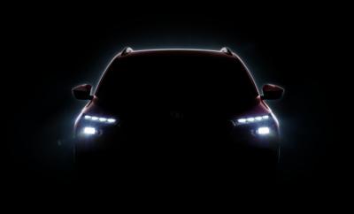 • Το νέο crossover της SKODA συνδυάζει όλα τα πλεονεκτήματα ενός SUV με την ευελιξία ενός compact μοντέλου • Τα προηγμένα συστήματα υποβοήθησης οδηγού, άνεσης και ασφάλειας, συμπληρώνουν ιδανικά ένα δυναμικό design και τα «Simply Clever» χαρακτηριστικά που μόνο η SKODA προσφέρει • Παγκόσμια πρεμιέρα του νέου SKODA, τον ερχόμενο Μάρτιο, στο Σαλόνι Αυτοκινήτου της Γενεύης Η επίθεση της SKODA στα SUV συνεχίζεται ακατάπαυστα! Σειρά έχει ένα ολοκαίνουργιο compact crossover, που θα επεκτείνει την οικογένεια των SUV της μάρκας, πλαισιώνοντας το ιδιαίτερα επιτυχημένο KODIAQ, καθώς και το «Αυτοκίνητο της Χρονιάς για την Ελλάδα», το KAROQ! Η SKODA δίνει στη δημοσιότητα μια πρώτη εικόνα που δείχνει τη σιλουέτα του νέου της μοντέλου, ως πρώτη ένδειξη για το design του μελλοντικού crossover, το οποίο θα πραγματοποιήσει την παγκόσμια πρεμιέρα του στο Σαλόνι Αυτοκινήτου της Γενεύης (5-17 Μαρτίου). Στην εικόνα διαφαίνεται το μπροστινό μέρος του αυτοκινήτου με τον ελκυστικό σχεδιασμό των νέων προβολέων LED, με τα πρωτότυπα φώτα ημέρας, καθώς και τα ενσωματωμένα φώτα προειδοποίησης αλλαγής πορείας. Το νέο SKODA θα προσφέρει πλεονεκτήματα από δύο διαφορετικούς κόσμους. Συνδυάζει τα χαρακτηριστικά που προσφέρει μόνο ένα SUV – όπως υπερυψωμένες θέσεις καθισμάτων, καλύτερη θέα προς τα έξω, πιο άνετη είσοδος και έξοδος, αυξημένη απόσταση από το έδαφος – με την ευελιξία και την ευκολία οδήγησης που απαντάται σε ένα αυτοκίνητο με compact διαστάσεις. Το urban crossover της SKODA είναι ένα ιδανικό αυτοκίνητο για κίνηση στην πόλη αλλά και μακριά από αυτή! Βασίζεται στη σπονδυλωτή πλατφόρμα MQB (Modular Transverse Matrix) του Volkswagen Group, ενώ προσφέρει όλα τα νέα συστήματα υποβοήθησης οδηγού, μαζί με πολλές «Simply Clever» διευκολύνσεις - ένα από τα χαρακτηριστικά της μάρκας, παράλληλα με ασυναγώνιστα ευρύχωρο εσωτερικό!