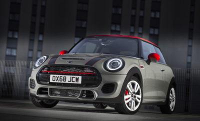 Τα κορυφαία μοντέλα της γκάμας της Βρετανικής premium μάρκας στην κατηγορία των μικρών αυτοκινήτων θα προσφέρουν συναρπαστικές επιδόσεις, αποδοτικά και με βελτιωμένες εκπομπές ρύπων. Το MINI John Cooper Works (κατανάλωση μικτού κύκλου: 6,9 – 6,9 l/100 km με 6-τάχυτο μηχανικό κιβώτιο, 6,2 – 6,1 l/100 km με 8-τάχυτο Steptronic, εκπομπές CO2 στο μικτό κύκλο: 158 - 157 g/km με 6άρι μηχανικό κιβώτιο, 142 – 140 g/km με 8-τάχυτο Steptronic) και το MINI John Cooper Works Cabrio (κατανάλωση μικτού κύκλου: 7,1 – 7,0 l/100 km 6-τάχυτο μηχανικό κιβώτιο 6,5 – 6,4 l/100 km με 8-τάχυτο Steptronic, εκπομπές CO2 στο μικτό κύκλο: 162 – 161 g/km με 6άρι μηχανικό κιβώτιο, 148 – 145 g/km με 8-τάχυτο Steptronic), από τον Μάρτιο του 2019, θα εφοδιάζονται στάνταρ με φίλτρο σωματιδίων βενζινοκινητήρα για μείωση των εκπομπών σωματιδίων. Το φίλτρο σωματιδίων βενζινοκινητήρα αποτελεί τώρα αναπόσπαστο στοιχείο της τεχνολογίας καθαρισμού των καυσαερίων σε όλα τα βενζινοκίνητα μοντέλα της μάρκας MINI στη μικρή κατηγορία. Στο MINI John Cooper Works και στο MINI John Cooper Works Cabrio, το φίλτρο σωματιδίων βενζινοκινητήρα είναι ενσωματωμένο στο στάνταρ σπορ σύστημα εξαγωγής. Σαν αποτέλεσμα, ο δυναμικός δίλιτρος, 4-κύλινδρος κινητήρας με τεχνολογία MINI TwinPower Turbo αποδίδει 170 kW/231 hp με χαρακτηριστικό σπορ ήχο και ελάχιστες εκπομπές ρύπων. Και τα δύο μοντέλα John Cooper Works πληρούν τώρα το αυστηρό πρότυπο Euro 6d TEMP. Η υιοθέτηση της τελευταίας τεχνολογίας μείωσης εκπομπών ρύπων δεν έχει καμία αρνητική επίπτωση στην κατανάλωση ή τις εκπομπές CO2 των δύο κορυφαίων αθλητών. Με το στάνταρ, 6-τάχυτο μηχανικό κιβώτιο, το MINI John Cooper Works επιταχύνει από 0 στα 100 km/h σε μόλις 6,3 δευτερόλεπτα, ενώ χρειάζονται μόλις 5,6 δεύτερα για να επιταχύνει από τα 80 στα 120 km/h. Για το MINI John Cooper Works Cabrio, οι τιμές αυτές είναι αντίστοιχα 6,6 δευτ. και 6,1 δευτ. Το 8-τάχυτο σπορ κιβώτιο Steptronic είναι επίσης προαιρετικό για τα μοντέλα John Cooper Works. Το γνήσιο αγωνιστικό συνολικό πα