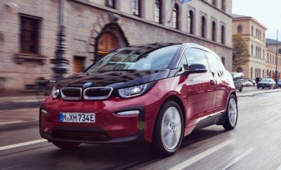 Το BMW Group πούλησε πάνω από 140.000 ηλεκτρικά και plug-in υβριδικά οχήματα το 2018, επιβεβαιώνοντας τον ηγετικό ρόλο του στον τομέα της ηλεκτροκίνησης. Συνολικά, 142.617 (+38,4%) ηλεκτρικά και plug-in υβριδικά οχήματα BMW και MINI παραδόθηκαν σε πελάτες σε όλο τον κόσμο την περσινή χρονιά. «Από το 2013 που λανσαρίστηκε το BMW i3, το BMW Group αύξησε ραγδαία τις πωλήσεις ηλεκτρικών και plug-in υβριδικών οχημάτων του. Με περισσότερες από 140.000 παραδόσεις το 2018, για μία ακόμα φορά πετύχαμε το φιλόδοξο στόχο μας», δήλωσε ο Harald Krüger, Πρόεδρος Δ.Σ. της BMW AG. «Αυτό το εξαιρετικό αποτέλεσμα πωλήσεων και το εντυπωσιακό μερίδιο αγοράς αποδεικνύει ότι τα μοντέλα μας είναι αυτό που θέλουν οι πελάτες μας. Σε χώρες που προσφέρουν κατάλληλη υποδομή και νομοθετική υποστήριξη, βλέπουμε πόσο γρήγορα η ηλεκτροκίνηση μπορεί να γίνει κανόνας. Είμαι σίγουρος ότι μέχρι το τέλος της φετινής χρονιάς θα κυκλοφορούν συνολικά μισό εκατομμύριο ηλεκτρικά και plug-in υβριδικά οχήματα του BMW Group, αριθμός που αναμένεται να αυξηθεί καθώς θα επεκτείνουμε τη γκάμα μοντέλων μας τα επόμενα χρόνια», συνέχισε ο Krüger. Ηγέτης της αγοράς. Η Ευρώπη είναι η μεγαλύτερη περιοχή πωλήσεων του Group για ηλεκτρικά και plug-in υβριδικά οχήματα, συγκεντρώνοντας πάνω από 50% το 2018. Με παραδόσεις 75.000 ηλεκτρικών και plug-in υβριδικών οχημάτων σε Ευρωπαίους πελάτες πέρσι, το BMW Group είναι αδιαμφισβήτητος ηγέτης της αγοράς, με μερίδιο πάνω από 16%. Στη Γερμανία, το ένα στα πέντε ηλεκτρικά και plug-in υβριδικά οχήματα που πουλήθηκαν πέρσι προερχόταν από το BMW Group. Σε όλο τον κόσμο, το μερίδιο αγοράς του BMW Group είναι πάνω από 9%. Η μεγαλύτερη μεμονωμένη αγορά της εταιρίας στα ηλεκτρικά και plug-in υβριδικά οχήματα είναι αυτή των ΗΠΑ, όπου πουλήθηκαν πάνω από 25.000 ηλεκτροκίνητα BMW και MINI το 2018, συγκεντρώνοντας πάνω από το 7% των συνολικών πωλήσεων του BMW Group στη χώρα αυτή. Η BMW 530e (κατανάλωση καυσίμου στο μικτό κύκλο: 2.3-2.1 l/100 km, κατανάλωση ηλεκτρικής ενέργειας το μικτό κύκλο: