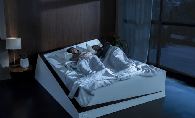 """Το να ξαναβρίσκεσαι με τον άνθρωπό σου στο τέλος μιας αγχωτικής ημέρας θα έπρεπε να δρα χαλαρωτικά. Όμως, αν μοιράζεσαι το ίδιο κρεβάτι με κάποιον που έχει «επεκτατικές» διαθέσεις, πολύτιμες ώρες ύπνου μπορεί να χαθούν στην προσπάθεια να ανακτήσεις το ζωτικό σου χώρο πάνω στο στρώμα. Σύμφωνα με έρευνες, ένας στους τέσσερις ανθρώπους που συζούν με κάποιον θα προτιμούσε να κοιμάται μόνος*, ενώ στο πέρασμα του χρόνου η έλλειψη ύπνου αυξάνει τις πιθανότητες τραυματισμού από ατύχημα στο σπίτι, στη δουλειά ή στο δρόμο.** Όμως, εάν τα ξεχωριστά κρεβάτια δεν ενδείκνυνται ως λύση – κάτι που αποτελεί πλέον μία δημοφιλής συνήθεια η οποία μάλιστα έχει εξελιχθεί σε τάση που αποκαλείται """"διαζύγιο ύπνου"""" – τι απομένει; Μία λύση θα μπορούσε να είναι το σύστημα """"Lane-Keeping Bed"""" της Ford, το οποίο χρησιμοποιεί τεχνολογία που χρησιμοποιείται στα αυτοκίνητα για να επαναφέρει στη… λωρίδα τους ακόμη και τους πιο εγωιστές συντρόφους στο κρεβάτι. Παρακολουθήστε το σχετικό βίντεο εδώ https://youtu.be/yfSYjbODGUc Το σύστημα Lane-Keeping Aid που διαθέτουν τα περισσότερα αυτοκίνητα της Ford ανιχνεύει τις διαγραμμίσεις του οδοστρώματος και βοηθά ενεργά τον οδηγό επαναφέροντας το αυτοκίνητο στα όρια της λωρίδας του, με μία μικρή διόρθωση στο τιμόνι προς τη σωστή κατεύθυνση. Το σύστημα LKA συμπληρώνει άλλα συστήματα που χρησιμοποιούν κάμερες, τα οποία επίσης υποστηρίζουν τον οδηγό όταν το αυτοκίνητο παρεκκλίνει της λωρίδας του. Η ίδια τεχνολογία ενέπνευσε και τη δημιουργία του """"Lane-Keeping Bed"""" το οποίο χρησιμοποιεί αισθητήρες πίεσης για να αντιλαμβάνεται πότε κάποιος «ξεφεύγει» από τη δική του πλευρά του κρεβατιού, ώστε να τον επαναφέρει με ομαλό τρόπο στην αρχική του θέση σε συνεργασία με έναν ενσωματωμένο ιμάντα μεταφοράς. «Όταν ένα ζευγάρι μοιράζεται το ίδιο κρεβάτι, ο καθένας έχει στη διάθεσή του λιγότερο χώρο από εκείνον που αντιστοιχεί σε ένα παιδί σε μονό κρεβάτι», λέει σχετικά ο Δρ. Neil Stanley, ανεξάρτητος εμπειρογνώμων σε θέματα ύπνου και συγγραφέας του βιβλίου How to Sleep Well. «"""
