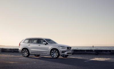 """• Νέα σειρά κινητήρων με την κωδική ονομασία Β, εισάγει τεχνολογία ανάκτησης ενέργειας κατά το φρενάρισμα και προσφέρει σημαντικά μεγαλύτερη οικονομία σε πραγματικές συνθήκες • Αναβαθμισμένα Plug-in υβριδικά συστήματα και επιλογές ηλεκτροκίνησης σε όλη την γκάμα της Volvo • Το ανανεωμένο XC90 είναι το πρώτο μοντέλο της Volvo που φέρει τα νέα υβριδικά συστήματα κίνησης Η Volvo πραγματοποιεί ένα αποφασιστικό βήμα προς την επίτευξη του φιλόδοξου στόχου της για την ηλεκτροκίνηση, παρουσιάζοντας μία σειρά νέων και αναβαθμισμένων επιλογών στα ηλεκτρικά συστήματα κίνησης, που θα εφοδιάσουν ολόκληρη την γκάμα των μοντέλων της. Τα νέα, ήπια υβριδικά συστήματα κίνησης (MHEV) συνδυάζουν την προηγμένη τεχνολογία ανάκτησης της κινητικής ενέργειας κατά το φρενάρισμα με τους υπάρχοντες κινητήρες εσωτερικής καύσης, για να δημιουργήσουν μια νέα ηλεκτροκίνητη σειρά που φέρει τον κωδικό """"Β"""". Οι νέες μονάδες προσφέρουν έως και 15% εξοικονόμηση καυσίμου και μειωμένους ρύπους σε πραγματικές συνθήκες οδήγησης. Παράλληλα, η Volvo αναβάθμισε το Plug-in υβριδικό σύστημα Τ8 Twin Engine και επιβεβαίωσε ότι οι Plug-in εκδόσεις θα είναι πλέον διαθέσιμες σε κάθε μοντέλο που παράγει. Συνεπής στους στρατηγικούς της στόχους και ανταποκρινόμενη στην εξαιρετικά υψηλή ζήτηση, η Volvo Cars αυξάνει την παραγωγική της δυναμικότητα, ώστε να μπορεί να διαθέτει έως και το 25% της συνολικής της παραγωγής σε αυτοκίνητα με Twin Engine Plug-in υβριδικά συστήματα κίνησης. Επιπλέον, η εταιρεία προσδοκά ότι οι νέες υβριδικές μονάδες με την κωδική ονομασία B θα καταστούν σταδιακά οι κύριες επιλογές των πελατών, ώστε να έρθει ακόμα πιο κοντά στην επίτευξη του στόχου της, που προβλέπει ότι έως τα μέσα της επόμενης δεκαετίας όλα τα αυτοκίνητά της θα είναι ηλεκτροκινούμενα. Στη μεγαλύτερη πλατφόρμα SPA (Scalable Product Architecture), η αναβαθμισμένη Plug-in υβριδική μονάδα Τ8 Twin Engine διαθέτει μια νέα μπαταρία, προηγμένο σύστημα φόρτισης και αποδίδει πλέον 420 ίππους. Η αυτονομία του συστήματος Τ8 Twin Engine για κί"""