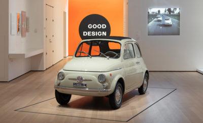 """Για πρώτη φορά, το κοινό του διάσημου Μουσείου Μοντέρνας Τέχνης (MoMA) της Νέας Υόρκης είχε την ευκαιρία να δει από κοντά το συλλεκτικό Fiat 500 Serie F που απόκτησε το μουσείο για τη συλλογή του. Αναγνωρίζοντας την τεράστια σημασία που διαδραμάτισε, τόσο στο χώρο του αυτοκινήτου, όσο και συνολικότερα στον τομέα του βιομηχανικού σχεδιασμού, το Μουσείο Μοντέρνας Τέχνης της Νέας Υόρκης, απόκτησε το 2017 ένα Fiat 500 Serie F του 1968. Την περασμένη Κυριακή, 10 Φεβρουαρίου, το κοινό είχε την ευκαιρία για πρώτη φορά να δει από κοντά το συλλεκτικό Fiat 500 του μουσείου στα πλαίσια των εγκαινίων της έκθεσης """"The Value of Good Design"""" που θα διαρκέσει μέχρι τις 15 Ιουνίου 2019. Η ένταξη του μοντέλου στη συλλογή του μουσείου, επιβεβαιώνει την ιστορική αξία του Fiat 500, ως ένα χαρακτηριστικό δείγμα του Ιταλικού design, το οποίο διαθέτει πολλά από εκείνα τα στοιχεία που σχηματίζουν την εικόνα ενός επιτυχημένου βιομηχανικού προϊόντος. Το Fiat 500 του MoMA, ανήκει στη σειρά F, η οποία κατασκευάστηκε την περίοδο 1965-1972 και αποτελεί την πιο διάσημη σειρά του μοντέλου. Μαζί με τις υπόλοιπες σειρές (Sport, D, L, R) της πρώτης γενιάς, περισσότερα από 4.000.000 Fiat 500 πέρασαν τη γραμμή παραγωγής από το 1957 έως το 1975. Μαζί με τις εκδόσεις της σύγχρονης γενιάς του μοντέλου που παρουσιάστηκε το 2007 ο αριθμός των Fiat 500 ξεπερνά τα 6.000.000. Το Fiat 500 λανσαρίστηκε το 1957 και σχεδιάστηκε από τον ιδιοφυή Dante Giacosa, έτσι ώστε να αποτελέσει ένα προσιτό αυτοκίνητο για όλους στην μεταπολεμική Ευρώπη. Η βασική ιδέα ήταν ότι το υψηλής ποιότητας design θα πρέπει να είναι διαθέσιμο για όλους. Παρά τις πολύ μικρές διαστάσεις, ο Giacosa δημιούργησε ένα ευρύχωρο εσωτερικό που ήταν ικανό να φιλοξενήσει 4 ενήλικες. Παράλληλα, η αναδιπλούμενη υφασμάτινη οροφή, η οποία ήταν στο βασικό εξοπλισμό, έδινε ένα ξεχωριστό χαρακτήρα στο μοντέλο και την ίδια στιγμή μείωνε τη χρήση χάλυβα, ενός υλικού που ήταν εξαιρετικά ακριβό εκείνη την εποχή. Οι φωτογραφίες είναι από την έκθεση, The Value of G"""