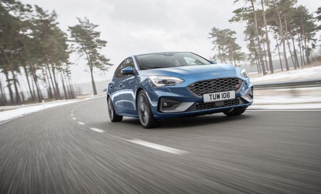 • Αναβαθμισμένο και με σπορ τεχνολογίες που φέρουν τη σφραγίδα Ford Performance, το νέο Ford Focus ST θα αρχίσει να πωλείται το καλοκαίρι σε 5θυρες και wagon εκδόσεις. • H γκάμα περιλαμβάνει τον κινητήρα βενζίνης 2.3L EcoBoost που αποδίδει 280 ίππους και ροπή 420 Nm διαθέτοντας twin-scroll υπερσυμπιεστή και σύστημα anti-lag για μηδενική υστέρηση απόκρισης του τούρμπο, καθώς και τον κινητήρα πετρελαίου 2.0L EcoBlue, με απόδοση 190 ίππων και ροπή 400 Nm από τις 2.000 σ.α.λ. • Το πρώτο ηλεκτρονικά ελεγχόμενο διαφορικό περιορισμένης ολίσθησης για προσθιοκίνητα μοντέλα της Ford βελτιώνει την ελκτική πρόσφυση και την ευστάθεια. Το σύστημα rev-matching προσφέρεται σε συνδυασμό με μηχανικό κιβώτιο 6 σχέσεων. Προσφέρεται επίσης και 7τάχυτο αυτόματο κιβώτιο • Διατίθενται επιλέξιμα Προφίλ Οδήγησης (Drive Modes) για πρώτη φορά στο Focus ST, προσαρμοζόμενα χαρακτηριστικά, όπως το σύστημα πέδησης Electronic Brake Booster (Ηλεκτρονική Υποβοήθηση Σέβρο) και ταχύτερο σύστημα διεύθυνσης με ηλεκτρική υποβοήθηση, για προσαρμογή των επιδόσεων σε διάφορα σενάρια οδήγησης • Τα σπορ καθίσματα της Recaro και η ανεξάρτητη πίσω ανάρτηση με προαιρετική λειτουργία συνεχώς μεταβαλλόμενης απόσβεσης (Continuously Controlled Damping) απογειώνουν την οδηγική εμπειρία και την αίσθηση άνεσης Η Ford αποκάλυψε σήμερα το νέο Focus ST, ένα αυτοκίνητο που εξελίχθηκε από τη Ford Performance προκειμένου να προσφέρει τις έντονες συγκινήσεις ενός hot-hatchback σε συνδυασμό με την κομψότητα, την άνεση και την πρακτικότητα ενός οικογενειακού μοντέλου. Τη βάση για την κορυφαία δυναμική συμπεριφορά του νέου Focus ST αποτελεί η τέταρτη γενιά Focus, σε 5θυρες και wagon εκδόσεις. Η νέα πλατφόρμα C2 της Ford αναβαθμίζεται με προηγμένα συστήματα ανάρτησης, πέδησης και κίνησης, τα οποία δημιουργούν το ταχύτερο αλλά και πιο απολαυστικό στην οδήγηση Focus ST που κατασκευάστηκε ποτέ – τόσο στον ανοιχτό δρόμο όσο και στην πίστα. Κινητήρας 2.3L EcoBoost Η νέα γενιά του αλουμινένιου 2.3L EcoBoost κινητήρα της Ford είναι η ισχ