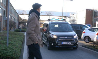 """• Οι τεχνικοί της Ford δοκίμασαν τη λύση των χρωματιστών φώτων στην οροφή του αυτοκινήτου για να διαπιστώσουν εάν αυτός είναι ο κατάλληλος τρόπος επικοινωνίας ανάμεσα στα αυτόνομα αυτοκίνητα και τους ανθρώπους • Με τον οδηγό κρυμμένο σε ένα """"ειδικό κάθισμα"""", οι άνθρωποι της Ford δημιούργησαν ρεαλιστικές συνθήκες δοκιμών ώστε να δώσουν την ευκαιρία σε πεζούς και ποδηλάτες να εμπιστευτούν τα αυτόνομα οχήματα • Οι δοκιμές που διεξήχθησαν στη Γερμανία απέδειξαν ότι οι άνθρωποι αποδέχονται και εμπιστεύονται τα οπτικά σήματα, γεγονός που αποτελεί μία καλή βάση για την περαιτέρω εξέλιξη της νέας οπτικής αυτής γλώσσας • Οι περισσότεροι που συνάντησαν στο δρόμο το ειδικά διαμορφωμένο Transit Connect της δοκιμής – η οποία διεξήχθη σε συνεργασία με το Πανεπιστήμιο Τεχνολογίας του Chemnitz – πίστεψαν ότι το αυτοκίνητο ήταν πραγματικά αυτόνομο. Οι χειρονομίες και τα νεύματα επιτρέπουν σε οδηγούς, πεζούς και ποδηλάτες να καταλάβουν τις προθέσεις του καθενός στο δρόμο. Πώς θα μπορούν όμως τα αυτόνομα οχήματα του μέλλοντος χωρίς οδηγό να επικοινωνούν με τους γύρω ανθρώπους; Η Ford δοκιμάζει μία μέθοδο που χρησιμοποιεί οπτικά-φωτιενά σήματα που καταδεικνύουν με όσο το δυνατόν πιο σαφή τρόπο τι κάνει, αλλά προπάντων, τι προτίθεται να κάνει το αυτοκίνητο. Οι δοκιμές αυτές αποτελούν μέρος μιας εκτενούς έρευνας που διεξάγει η εταιρεία για την ανάπτυξη μίας πλατφόρμας επικοινωνίας, η οποία θα βοηθήσει τόσο στην πλήρη ένταξη των αυτόνομων οχημάτων στην κυκλοφορία, όσο και στην αποδοχή τους από τους υπόλοιπους χρήστες των δρόμων – οδηγούς, πεζούς και ποδηλάτες. Για να εξασφαλίσει όσο το δυνατόν πιο ρεαλιστικές συνθήκες δοκιμών, η εταιρεία επιστράτευσε ένα Transit Conncet τοποθετώντας στο εσωτερικό του ένα ειδικά διαμορφωμένο κάθισμα που «κρύβει» μέσα του τον οδηγό. Με το εν λόγω αυτοκίνητο σχεδιασμένο ώστε να μοιάζει με αυτόνομο όχημα, αλλά με πραγματικό οδηγό «κρυμμένο» στο εμπρός κάθισμα, οι δοκιμαστές μπόρεσαν να καταγράψουν πιο αποτελεσματικά τις αντιδράσεις των περαστικών την ώρα που """