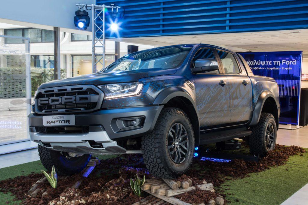 Η Ford Motor Ελλάς παρουσίασε για πρώτη φορά στο ελληνικό κοινό το νέο Ford Ranger Raptor, το πιο ικανό, προηγμένο και συναρπαστικό στην οδήγηση pick-up μοντέλο της ευρωπαϊκής αγοράς..\ • Το νέο Ford Ranger Raptor παρουσιάστηκε για πρώτη φορά στην Ελλάδα σε ειδική εκδήλωση που πραγματοποιήθηκε παρουσία εκπροσώπων του αυτοκινητικού Τύπου της χώρας μας στις εγκαταστάσεις της Ford Car Center. • Η εμπορική διάθεση του νέου Ford Ranger Raptor, του κορυφαίου pick-up μοντέλου της Ευρώπης, θα ξεκινήσει στη χώρα μας στις αρχές του προσεχούς καλοκαιριού. Το εντυπωσιακό, σκληροτράχηλο και απαράμιλλο σε δυνατότητες Ford Ranger Raptor πάτησε και επίσημα τους τροχούς του στη χώρα μας δίνοντας δυναμικό «παρών» στα πλαίσια της πρώτης, πανελλήνιας παρουσίασης του μοντέλου που πραγματοποιήθηκε με απόλυτη επιτυχία στις νέες φιλόξενες εγκαταστάσεις της Ford Car Center στη Λεωφόρο Συγγρού 371. Στα πλαίσια της εκδήλωσης, οι εκπρόσωποι του ειδικού Τύπου είχαν τη μοναδική ευκαιρία να δουν για πρώτη φορά από κοντά το ασυναγώνιστο και «ατρόμητο» Ranger Raptor, λίγους μόλις μήνες πριν την έναρξη της εμπορικής του διάθεσης στη χώρα μας. Το νέο Ford Ranger Raptor δεν είναι ένα συνηθισμένο pick-up. Με εμφάνιση που ξέρει να επιβάλλεται από την πρώτη στιγμή και κορυφαίες τεχνολογίες, αποτελεί την επιτομή της απόλυτης οδηγικής περιπέτειας εντός και εκτός της ασφάλτου. Φέροντας τη σφραγίδα της Ford Perfomance, το νέο Ford Ranger Raptor κουβαλά στην τεχνολογική του φαρέτρα κορυφαίες λύσεις και εφαρμογές που έχουν ως σημείο αναφοράς τον προηγμένο 2.0L BiTurbo κινητήρα ντίζελ της γενιάς EcoBlue με τα 500 Nm ροπή, το αυτόματο κιβώτιο ταχυτήτων με τις 10 σχέσεις που γνωρίσαμε στη μοναδική Mustang, αλλά και το ασυναγώνιστο σε δυνατότητες σύστημα μετάδοσης Terrain Management της Ford.
