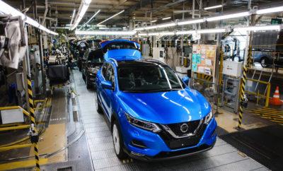 """Η Νissan εγκαινίασε πρόσφατα τη γραμμή της παραγωγής του Nissan Qashqai στο εργοστάσιό της στην Αγία Πετρούπολη, στη Ρωσία, λανσάροντας την τελευταία έκδοση του κορυφαίου σε πωλήσεις crossover, στη Ρωσική αγορά. Η παραγωγή του Qashqai, έρχεται λίγους μήνες μετά την έναρξη της παραγωγής του νέου X-Trail στο ίδιο εργοστάσιο, τον περασμένο Οκτώβριο. Το νέο Nissan Qashqai διαθέτει μια σειρά από σημαντικές αναβαθμίσεις τόσο στο εξωτερικό όσο και στο εσωτερικό, προσφέροντας βελτιωμένη λειτουργικότητα και έχοντας στην """"φαρέτρα"""" του τις τεχνολογίες του Nissan Intelligent Mobility. Αυτές περιλαμβάνουν την Εμπρόσθια Πέδηση Έκτακτης Ανάγκης (FEB) και την Οπίσθια Ειδοποίηση Διασταυρούμενης Κυκλοφορίας (RCTA), οι οποίες συμβάλλουν στην αποφυγή του κινδύνου συγκρούσεων και προσφέρουν επιπλέον ασφάλεια και ηρεμία στον οδηγό. Άλλες αναβαθμίσεις περιλαμβάνουν έναν πιο κομψό εξωτερικό σχεδιασμό, καθώς και νέες εσωτερικές επενδύσεις. Κατασκευασμένο για τις απαιτήσεις της Ρωσικής αγοράς, οι μηχανικοί στo τοπικό Τεχνικό Κέντρο της Nissan Europe (NTCE) έχουν βελτιώσει στο νέο Nissan Qashqai την μόνωση και τις αναρτήσεις, προκειμένου να αντιμετωπίσει με επιτυχία τις δύσκολες καιρικές συνθήκες και τον βαρύ Ρωσικό χειμώνα. """"Η συναρμολόγηση του νέου Nissan Qashqai στην Αγία Πετρούπολη είναι ένα εξαιρετικά σημαντικό ορόσημο τόσο για τους εργαζόμενους στο εργοστάσιο, όσο και για τη Nissan και βασίζεται στην επιτυχία μας στην παραγωγή του νέου Nissan X-Trail"""", δήλωσε ο Igor Boytsov, αντιπρόεδρος της βιομηχανικής μονάδας της Nissan, στη Ρωσία. """"Υποστηριζόμενο από την προηγμένη κατασκευαστική τεχνολογία του εργοστασίου, αυτό το λανσάρισμα επιβεβαιώνει την ικανότητά μας να κατασκευάζουμε υψηλής ποιότητας οχήματα, ατενίζοντας το μέλλον""""."""