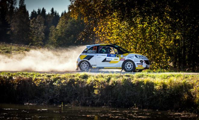 Επιτυχημένη ιστορία: Η Opel παραμένει πιστή στο μηχανοκίνητο αθλητισμό Ευρωπαϊκό Πρωτάθλημα Ράλι: Το επόμενο Opel Corsa προδιαγραφών R2 θα είναι διαθέσιμο στα τέλη του 2020 Η Opel παραμένει πιστή στη μακρά και επιτυχημένη ιστορία της στο μηχανοκίνητο αθλητισμό, συμμετέχοντας και φέτος σε εθνικούς και διεθνείς αγώνες ράλι. Το 2019, η Opel Motorsport στοχεύει στην κατάκτηση του πέμπτου συνεχόμενου τίτλου της στο Ευρωπαϊκό Πρωτάθλημα Ράλι Junior για οδηγούς έως 27 ετών, το οποίο πλέον έχει ονομαστεί επίσημα FIA ERC3 Junior Championship. Ένα από τα ADAM R2 των 190 ίππων της ομάδας Holzer Motorsport – συνεργάτη της Opel σε επίπεδο τεχνολογίας – θα οδηγήσει ο 20χρονος Σουηδός Elias Lundberg, ο οποίος κατέκτησε τον τίτλο του ADAC Opel Rallye Cup το 2018, εξασφαλίζοντας έτσι τη θέση στην ομάδα ADAC Opel Rallye Junior. Ένα δεύτερο αυτοκίνητο θα οδηγήσει ο 20χρονος Grégoire Munster από το Λουξεμβούργο, ο οποίος πέρυσι τερμάτισε δεύτερος, πίσω από τον Ludberg στο Rallye Cup, έχοντας κατακτήσει τρεις νίκες. Με 130 συμμετοχές από 18 χώρες, ο πιο επιτυχημένος θεσμός ενιαίου ράλι στην Ευρώπη έχει αποτελέσει, από το 2013 που διοργανώνεται, μία επαγγελματική πλατφόρμα για πολλούς νέους οδηγούς, δίνοντας την ευκαιρία σε οκτώ νέα ταλέντα να ενταχθούν στην εργοστασιακή ομάδα ADAC Opel Rally Junior Team. «Κατασκευάζουμε αυτοκίνητα εδώ και 120 χρόνια. Οι αγώνες ανέκαθεν διαμόρφωναν την εικόνα της Opel και αυτό πρέπει να συνεχιστεί», δήλωσε ο CEO της Opel, Michael Lohscheller. «Δύο στοιχεία είναι ιδιαίτερα σημαντικά για εμάς – το πάθος για τεχνολογία και η ευκολία πρόσβασης για θιασώτες και πελάτες. Επίσης, πολύ ψηλά στις προτεραιότητές μας βρίσκεται η προώθηση νέων οδηγών. Αν συνδυάσουμε και την εμπειρία του μηχανισμού της PSA Motorsport, ανοίγονται μπροστά μας πολλές ακόμη ευκαιρίες». Για την αγωνιστική σεζόν του 2021, η Opel ετοιμάζει, τόσο για το Ευρωπαϊκό πρωτάθλημα, όσο και για το διεθνές πελατολόγιο του αθλήματος, ένα αγωνιστικό μοντέλο προδιαγραφών R2, το οποίο θα είναι βασισμένο 