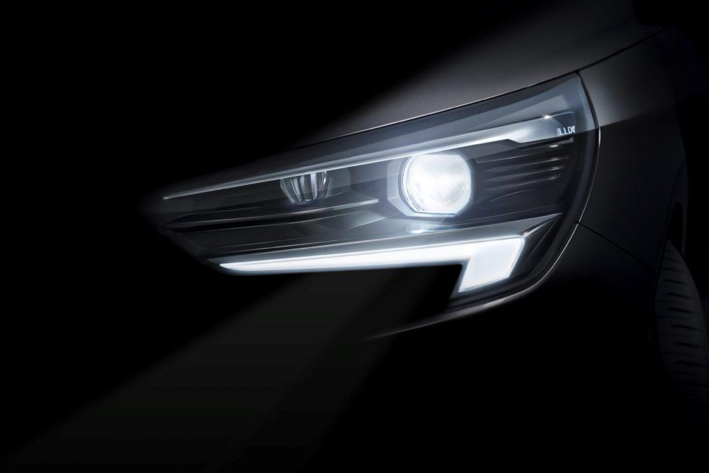 Επαναστατικό: Το επόμενο μικρό μοντέλο της Opel θα λανσαριστεί με σύστημα φωτισμού IntelliLux LED® matrix Προσαρμοζόμενο: Πρωτοποριακή τεχνολογία φωτισμού 'χωρίς αντανάκλαση', όπως ακριβώς στα Astra και Insignia Φιλικό προς το περιβάλλον: Έκτη γενιά Corsa με ηλεκτροκίνητη έκδοση Προσιτό: Η Opel προσφέρει κορυφαίες τεχνολογίες για όλους από το 1899    Η Opel θα λανσάρει φέτος την έκτη γενιά Corsa. Από το 1982 που κυκλοφόρησε το πρώτο μοντέλο, το Corsa έχει καταγράψει πωλήσεις άνω των 13,5 εκατομμυρίων μονάδων. Η επόμενη γενιά θα φέρει την επανάσταση στο φωτισμό των μικρών αυτοκινήτων, με την πολυβραβευμένη τεχνολογία φωτισμού IntelliLux LED® matrix. Το νέο Corsa θα διαθέτει για πρώτη φορά το προσαρμοζόμενο 'glare-free' full-LED σύστημα προβολέων που έχει εντυπωσιάσει ειδικούς και πελάτες από τότε που λανσαρίστηκε στην τρέχουσα γενιά Opel Astra (Ευρωπαϊκό Αυτοκίνητο της Χρονιάς 2016). Μετά την άφιξή τους στην compact κατηγορία αυτοκινήτων, οι προβολείς matrix (που συνήθως συναντάμε μόνο σε ακριβά, πολυτελή αυτοκίνητα) θα κάνουν ντεμπούτο και στη δημοφιλή κατηγορία B – τη μεγαλύτερη στην Ευρώπη. Ένα ακόμα δείγμα εκδημοκρατισμού τεχνολογίας από την Opel – τη συναρπαστική, προσιτή, Γερμανική μάρκα.  «Φέτος, γιορτάζουμε 120 χρόνια στην παραγωγή αυτοκινήτων και κατ' επέκταση 120 χρόνια γεμάτα καινοτομίες για όλους» δήλωσε ο CEO της Opel, Michael Lohscheller. «Ανέκαθεν κάναμε τις κορυφαίες τεχνολογίες προσιτές σε όλους. Αυτή είναι η αποστολή και η πρόκλησή μας - κάτι που ισχύει ιδιαίτερα για ένα μοντέλο τόσο δημοφιλές όσο το Opel Corsa. Γι' αυτό θα εφοδιάσουμε τη επόμενη γενιά του bestseller μας με την καλύτερη τεχνολογία φωτισμού – τους προβολείς IntelliLux LED® matrix.»  Πελάτες και ειδικοί εγκωμιάζουν την τεχνολογία φωτισμού IntelliLux LED® matrix στη ναυαρχίδα της Opel, το Insignia και στο συμπαγές Astra: το 60% των πελατών του Insignia και το 20% των πελατών του Astra, παραγγέλνουν αυτό το καινοτόμο σύστημα στην Ευρώπη. Περίπου 90.000 νέα αυτοκίνητα Opel εξοπλισμένα με