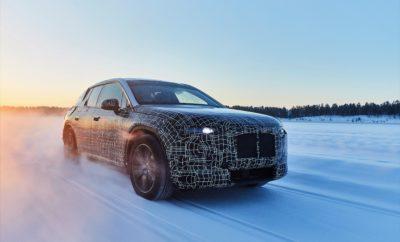 Το μέλλον της οδηγικής απόλαυσης έρχεται γρήγορα και το πρωτότυπο BMW iNEXT έχει ξεπεράσει ένα ακόμη εμπόδιο στο δρόμο της εξέλιξής του σε μοντέλο ώριμο για μαζική παραγωγή. Το χειμερινό κέντρο δοκιμών του BMW Group στην πόλη Arjeplog της Σουηδίας είναι το σκηνικό στο οποίο ολοκληρώνονται οι δοκιμές του αυτοκινήτου, οι οποίες αποσκοπούν στη βελτιστοποίηση, τον έλεγχο και την εναρμόνιση όλων των εξαρτημάτων του κινητήριου συνόλου, του πλαισίου και της ανάρτησης σε ακραίες καιρικές και οδικές συνθήκες. Καθότι είναι 100% ηλεκτροκίνητο, το BMW iNEXT φτιάχτηκε για να ικανοποιεί τις ατομικές ανάγκες μετακίνησης με ιδιαίτερα βιώσιμο τρόπο. Συνδυάζει μάλιστα τις τελευταίες εξελίξεις στην τεχνολογία της αυτόνομης οδήγησης και της έξυπνης συνδεσιμότητας για να χαρίζει στους επιβάτες της μία νέα διάσταση στην έννοια της 'οδηγικής απόλαυσης'. Η έκδοση παραγωγής του BMW iNEXT θα κατασκευάζεται στο εργοστάσιο της BMW στο Dingolfing από το 2021. Η νέα τεχνολογική ναυαρχίδα του BMW Group διαθέτει όλα τα στοιχεία – κλειδιά του μέλλοντος όπως ορίζονται στη στρατηγική NUMBER ONE > NEXT της εταιρίας, δηλαδή τεχνολογίες αυτόνομης οδήγησης, συνδεσιμότητας, ηλεκτροκίνησης και προηγμένες υπηρεσίες αυτοκινήτου. Η καινοτόμα τεχνολογία του BMW iNEXT εστιάζει πάνω απ' όλα στις ανάγκες και τις απαιτήσεις του ανθρώπου. Έχοντας τη μορφή ενός μοντέρνου Sports Activity Vehicle (SAV) επαναπροσδιορίζει με πρωτοποριακό τρόπο την απόλαυση στην οδήγηση που αποτελεί τον φιλοσοφικό πυρήνα της μάρκας, διαθέτοντας 100% ηλεκτρικό κινητήριο σύνολο, έξυπνο σύστημα κίνησης σε όλους τους τροχούς και δική του τεχνολογία ανάρτησης. Αυτήν την εποχή, όλα τα εξαρτήματα του iNEXT περνούν για πρώτη φορά από φάση χειμερινών δοκιμών σε πραγματικές συνθήκες στον πολικό κύκλο. Το εντατικό πρόγραμμα δοκιμών, το οποίο είναι ανάλογο των δοκιμών στις οποίες υποβάλλονται όλα τα μοντέλα BMW με συμβατικούς κινητήρες, δείχνει πόσο ώριμη είναι η τεχνολογία ηλεκτροκίνησης που έχει αναπτύξει το BMW Group και καθιστά το BMW iNEXT σύμβ