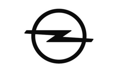 """Ο Συγγελίδης ορίζεται εισαγωγέας Πιο ευέλικτο και ευπροσάρμοστο σχήμα θα προωθήσει την ανάπτυξη Άλλο ένα σημαντικό βήμα στην υλοποίηση του σχεδίου PACE! Rüsselsheim. Η Opel αναπτύσσει περαιτέρω την επιχειρηματική της στρατηγική σε επιλεγμένες ευρωπαϊκές αγορές ώστε να γίνει πιο ευέλικτη, ευπροσάρμοστη και αποδοτική όπως περιγράφεται στο στρατηγικό σχέδιο PACE! Σε ένα περαιτέρω βήμα για την ενίσχυση της ανάπτυξης, η εταιρία θα συνεχίσει την επιχειρηματική της δραστηριότητα στην Ελλάδα μέσω της ευρέως αναγνωρίσιμης και επιτυχημένης οικογένειας Συγγελίδη, η οποία θα εξαγοράσει την υφιστάμενη οργάνωση της Opel Ελλάς και θα καταστεί στο μέλλον η ανεξάρτητη εισαγωγική εταιρία. Η σχετική σύμβαση έχει υπογραφεί. Η Εθνική Εταιρία Πωλήσεων της Opel θα εξαγορασθεί από μέλη της οικογένειας Συγγελίδη. Το προσωπικό της Opel στην Ελλάδα θα συνεχίσει να απασχολείται στην υφιστάμενη εταιρία, υπό τη νέα ιδιοκτησία. Η συμφωνία πρέπει να εγκριθεί σύμφωνα με την ισχύουσα νομοθεσία. """"Σύμφωνα με τους στόχους του στρατηγικού μας σχεδίου PACE! αυτή είναι μία ακόμη απόφαση η οποία θα καταστήσει τη δομή των πωλήσεών μας πιο ευέλικτη, αποδοτική και κατά συνέπεια πιο ανταγωνιστική» δήλωσε ο Xavier Duchemin, Managing Director Sales, Aftersales και Marketing της Opel/Vauxhall. """"Ο Συγγελίδης είναι ήδη ένας ισχυρός και έμπειρος συνεργάτης στην Ελλάδα για τις αδελφές εταιρίες μας Peugeot, Citroën και DS Automobiles και θα μας βοηθήσει να βελτιώσουμε περαιτέρω τη θέση μας στην αγορά και την κερδοφορία μας."""" Ο Συγγελίδης είναι υπεύθυνος για τις πωλήσεις της Citroën από το 1965, της Peugeot από το 2014 και της DS Automobile από το 2018. Το 2018 η Opel πέτυχε μερίδιο αγοράς 6.46%, πωλώντας 7.142 μονάδες στην Ελλάδα. Με τη νέα οργανωτική δομή, η πλούσια σε παράδοση γερμανική μάρκα, προσδοκά να αναπτυχθεί επιτυχώς στη χώρα τα επόμενα χρόνια."""